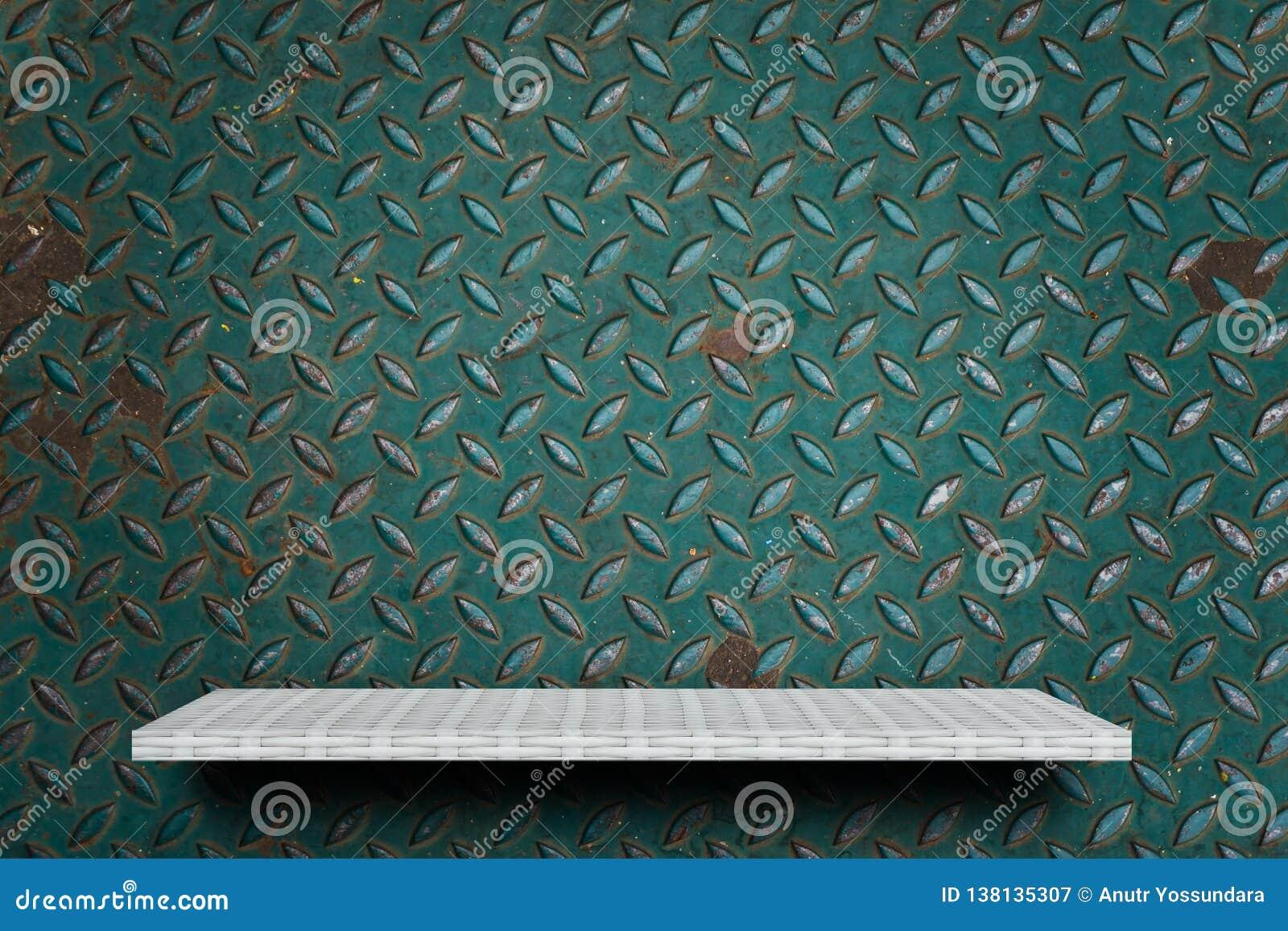 Weißes Regal auf grünem Metallhintergrund für Produktanzeige