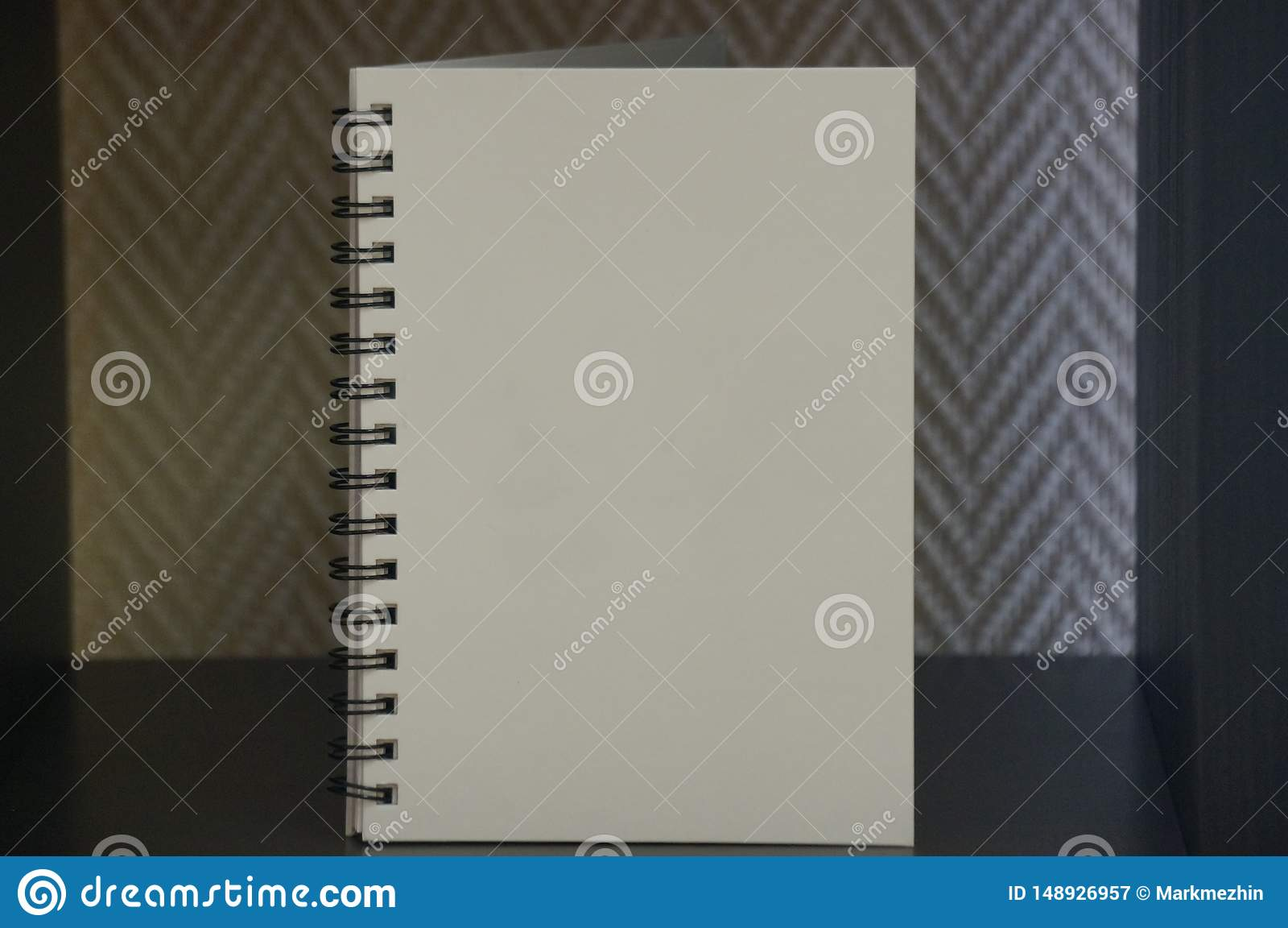 Wei?es Tagebuch auf schwarzer Tabelle
