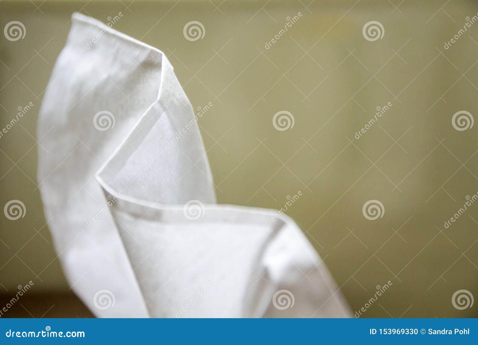 Weißes towelette auf grünem Hintergrund