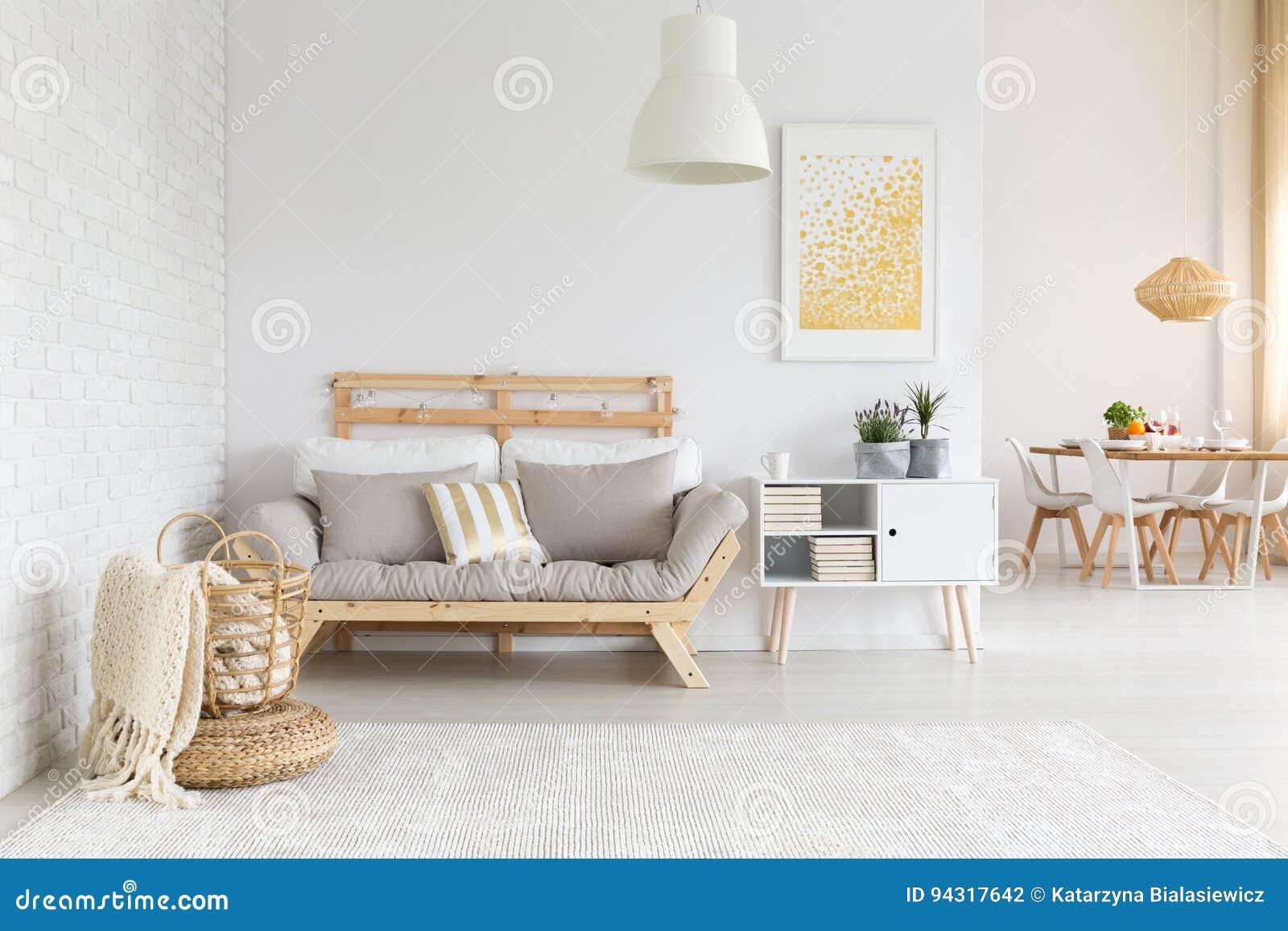 Weißes Und Beige Wohnzimmer Stockfoto - Bild von geräumig ...