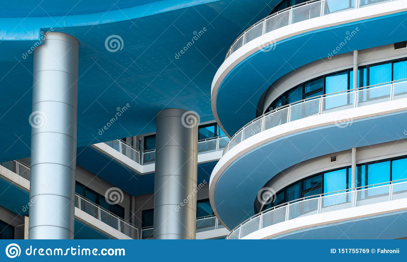 Weißes und blaues Gebäude der Nahaufnahme mit Glasfenster Moderne Architektur Au?engeb?ude Architekturdetails von modernem
