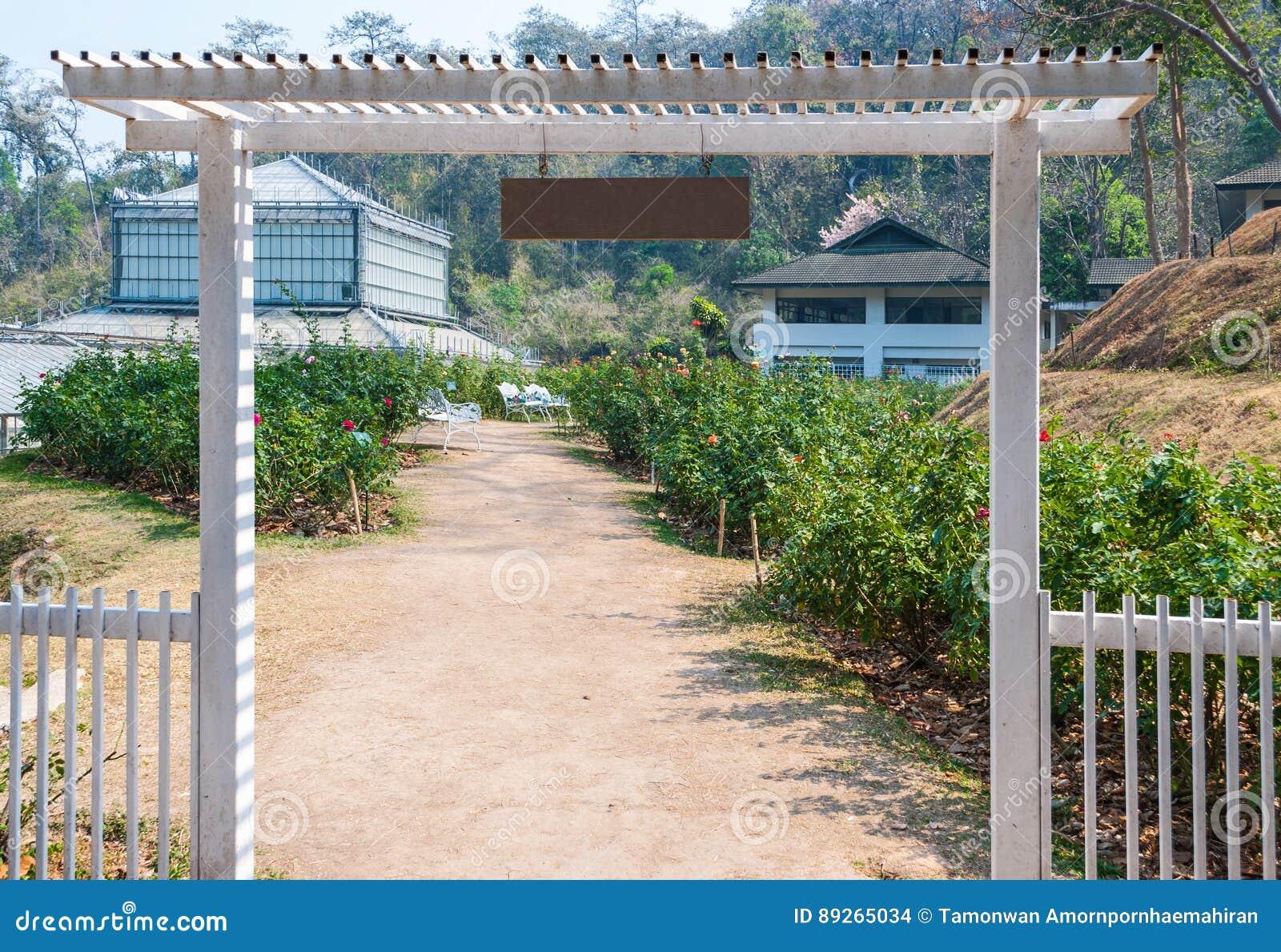 Weissmetall Eingang Des Schonen Rosen Gartens Stockfoto Bild Von