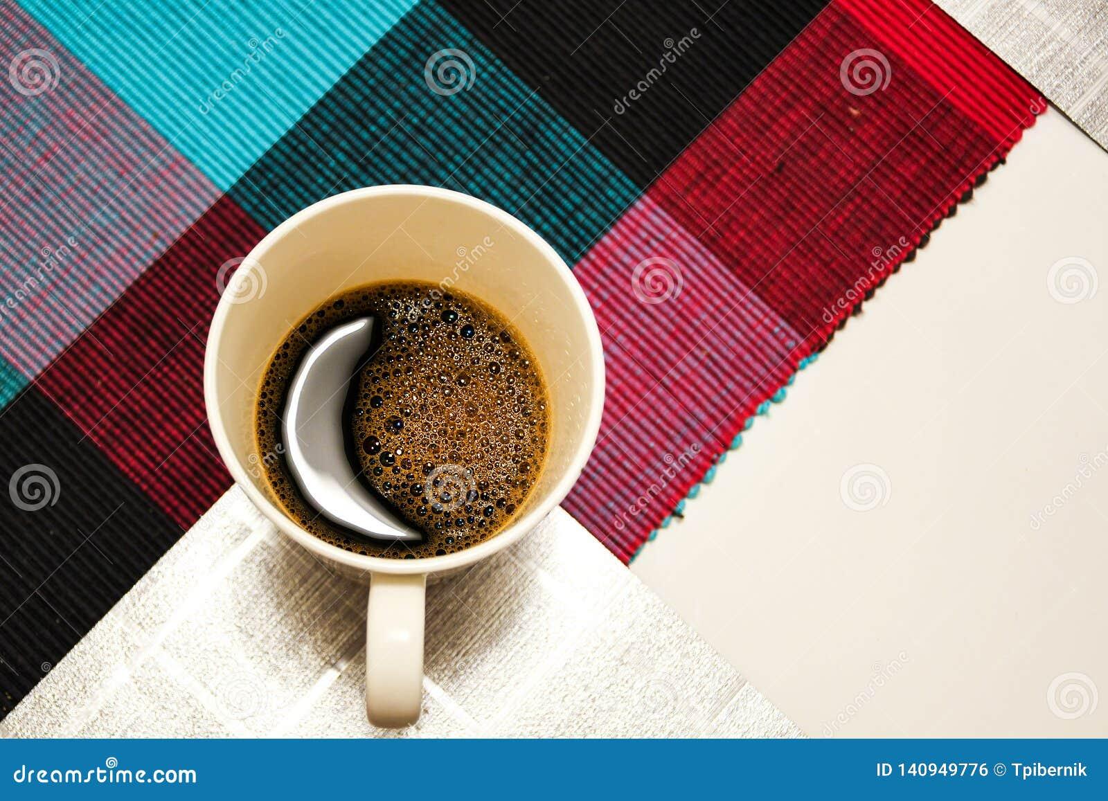 Weiße Kaffeetasse mit Mondformreflexion