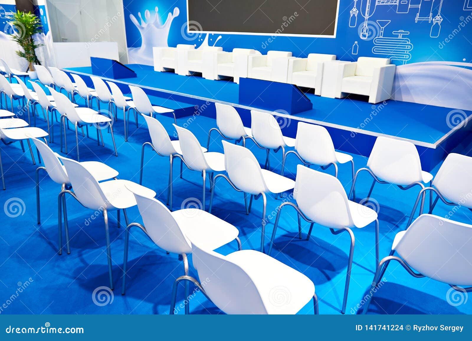 Weiße Stühle der blauen Geschäftshalle