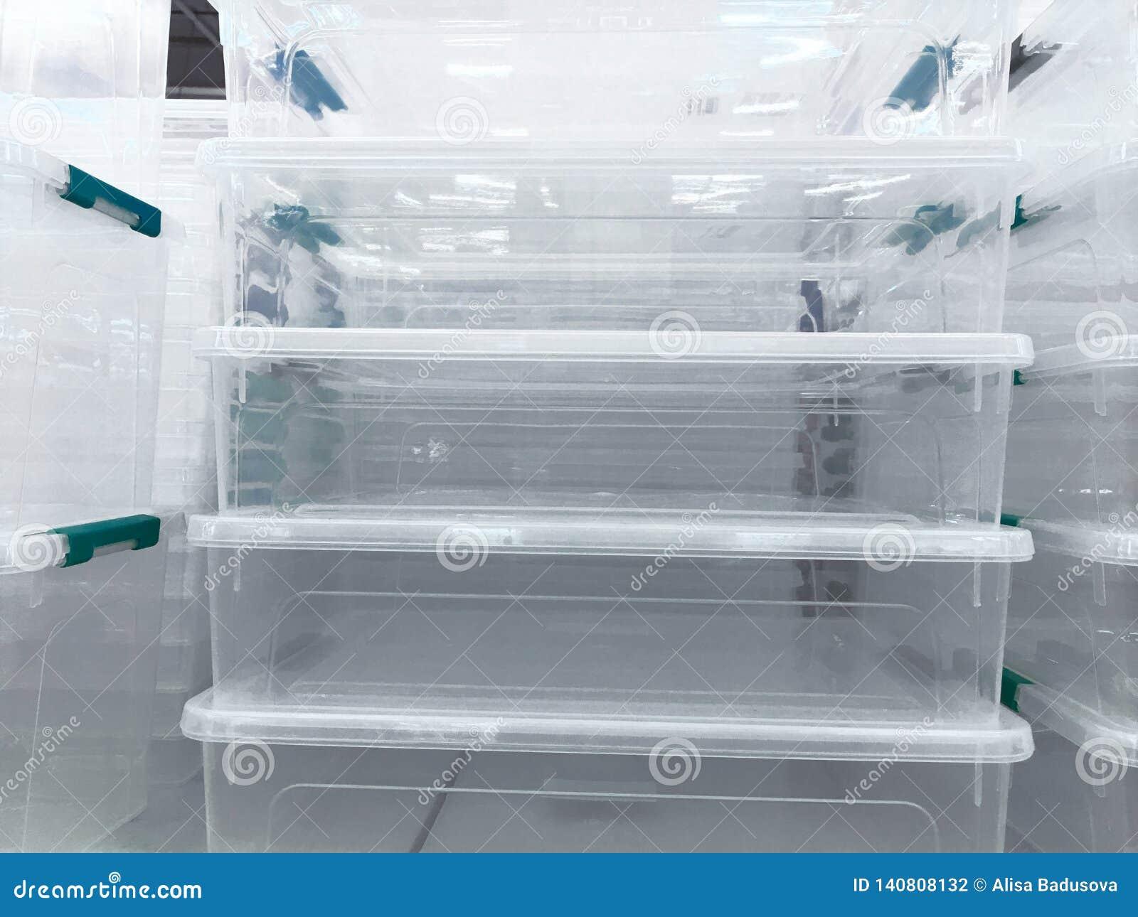 Weiße transparente Plastiknahrungsmittelbehälter im Regal im Speicher