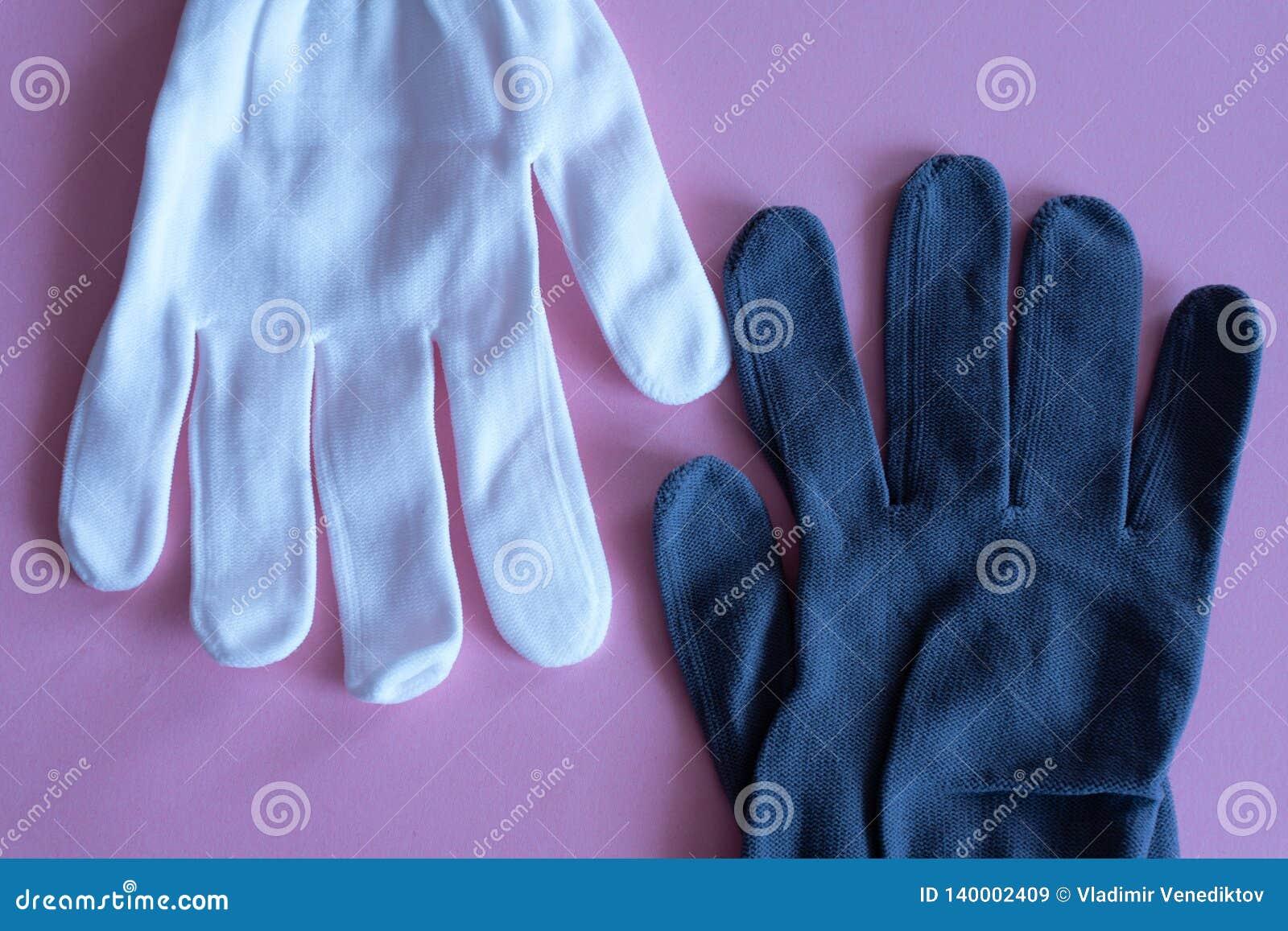 Weiße und schwarze Arbeitshandschuhe auf rosa Hintergrund Overall und Uniformen Handschutz