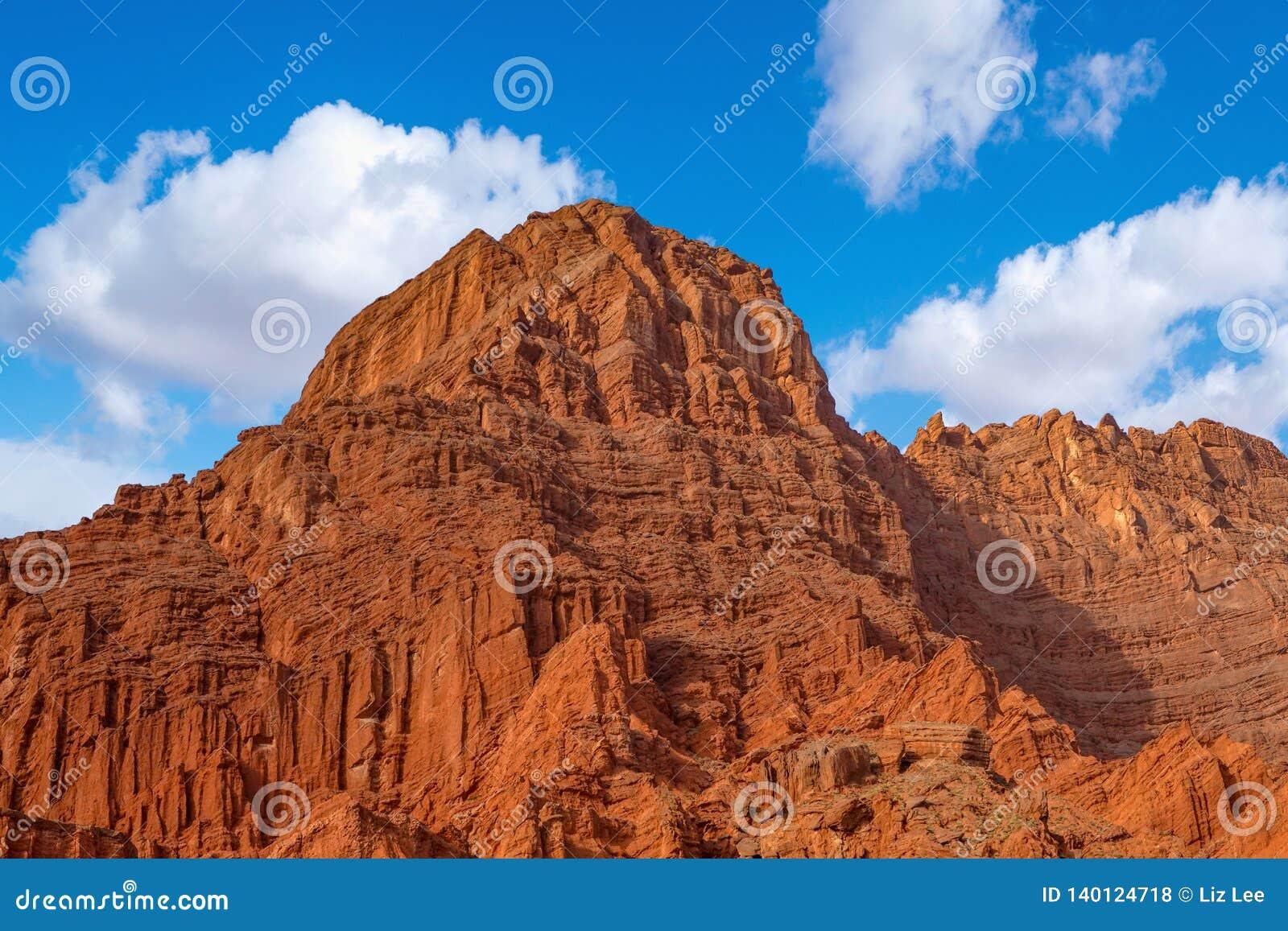 Weiße Wolken und buntes Wensu Grand Canyon des blauen Himmels im Herbst