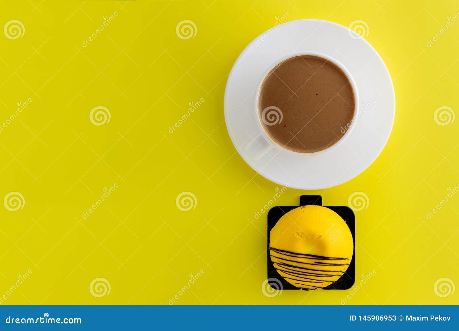 Wei?e Schale hei?er Kaffee lokalisiert auf gelbem Hintergrund