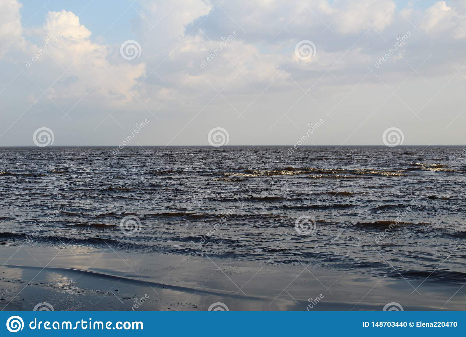 Wei?er See mit Wellen und blauem Himmel im Fr?hjahr