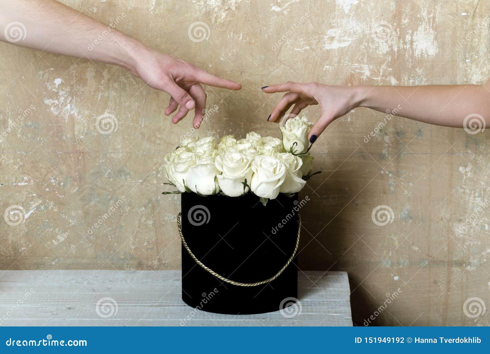 Wei? stieg Romantisches Datum mit Blumen Blumenstrauß von weißen Rosen und von zwei Händen glücklichem Paar Blumen für ein Mädche
