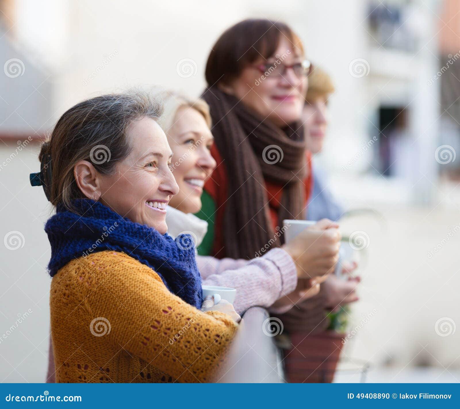Download Weiblich, Tee Auf Terrasse Trinkend Stockfoto - Bild von schwätzchen, balkon: 49408890