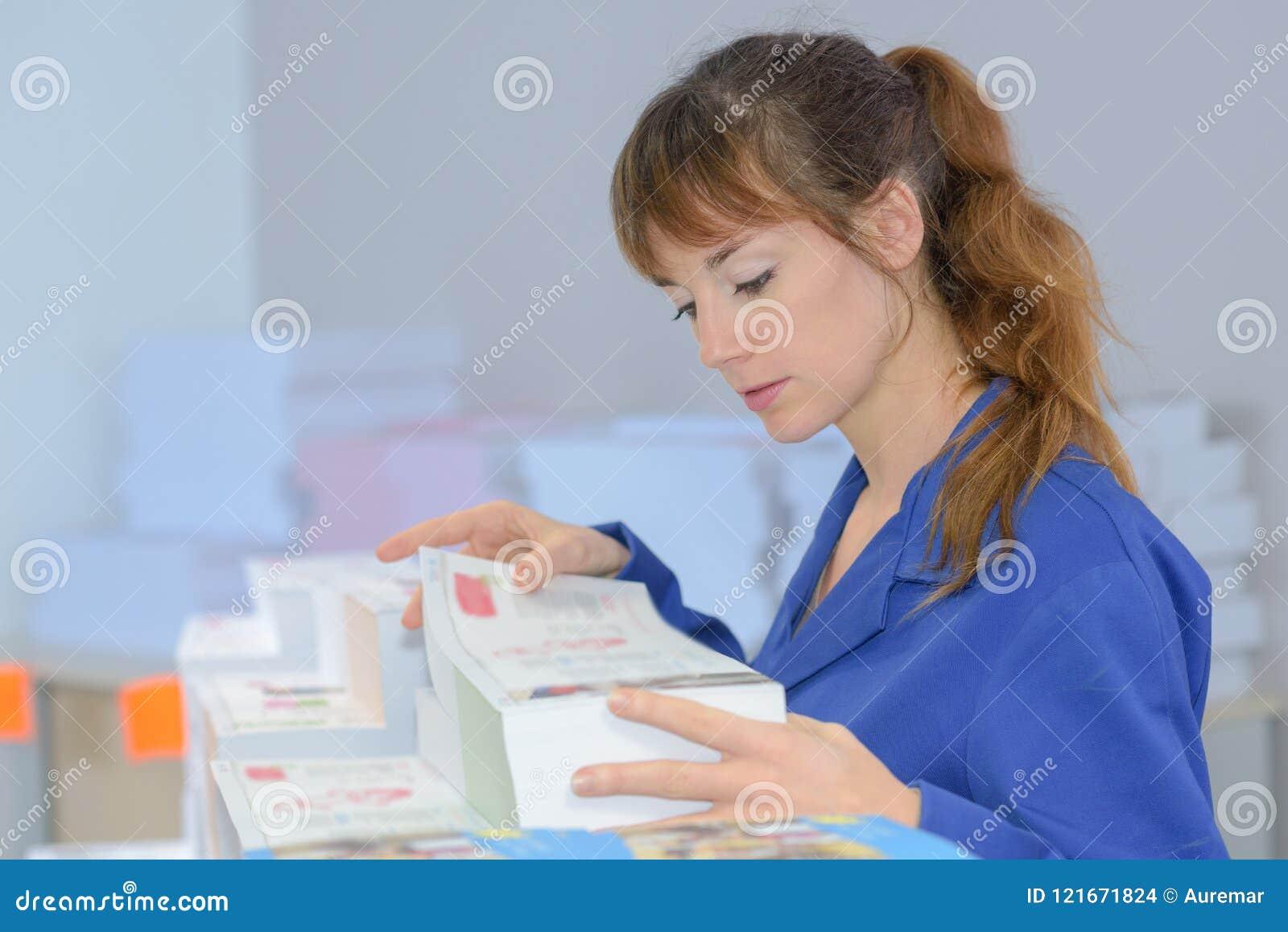Weibliche Druckereiarbeitskraft