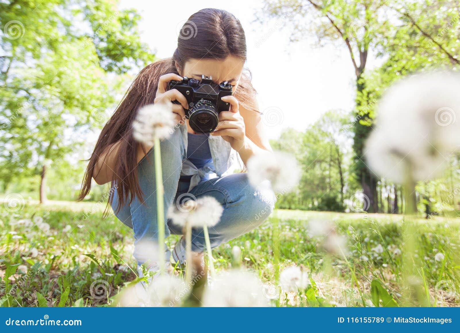 Weibliche fotografierte Natur mit Retro- alter Kamera