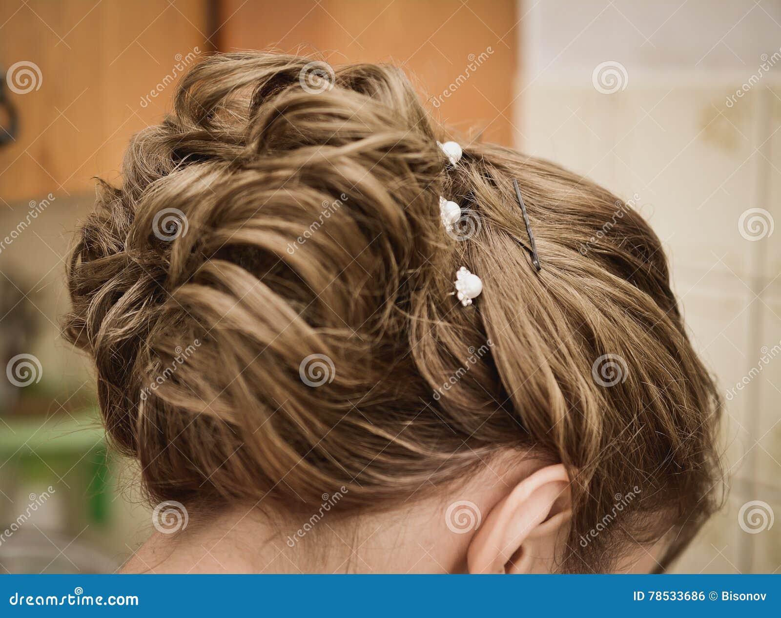 Weibliche Frisur Für Die Hochzeit Stockfoto - Bild von frisur