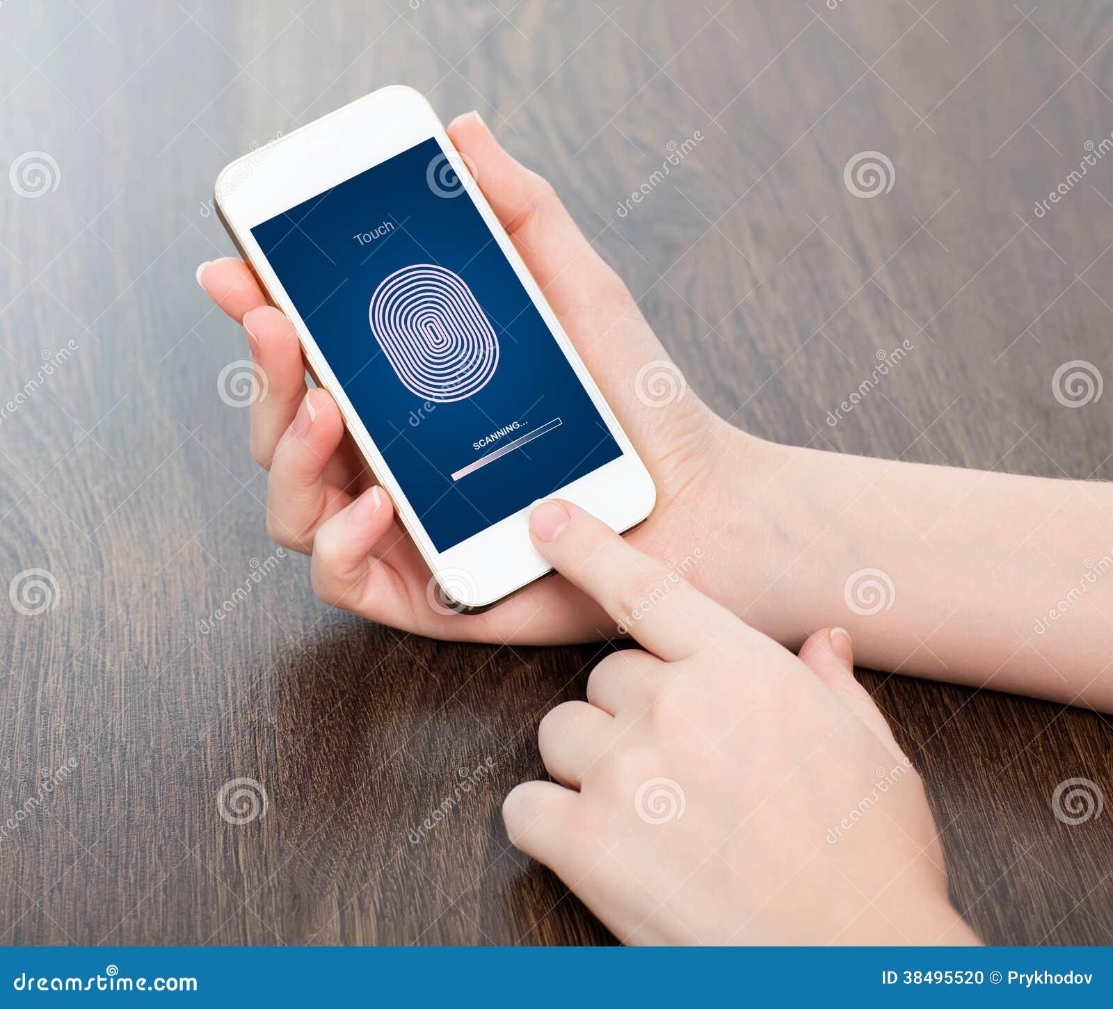 Weibliche Hände, die ein Telefon halten und den PIN-Code des Fingers eingeben