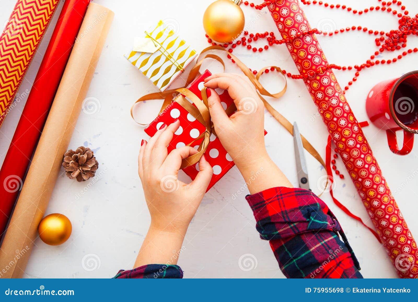 Weibliche Hände, Die Weihnachtsgeschenke In Papier Einwickeln Und ...