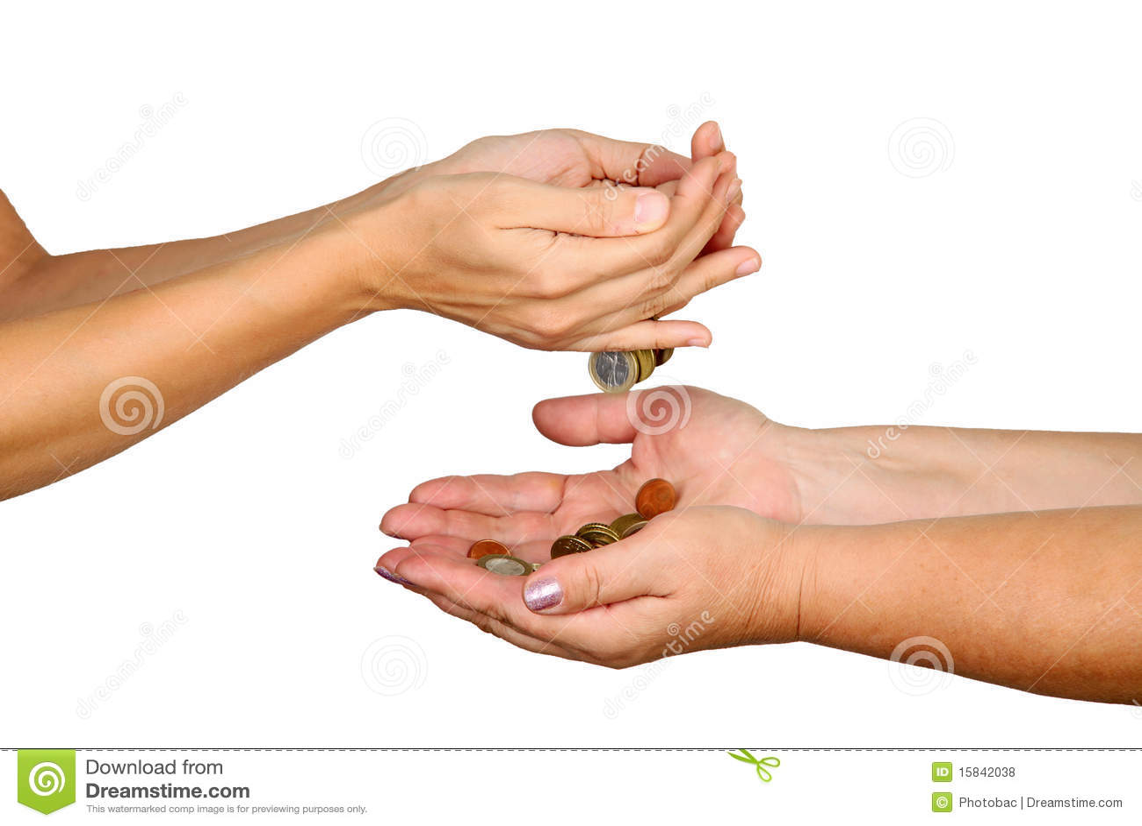 Weibliche Hände gießen hinunter Münzen in eine andere Person