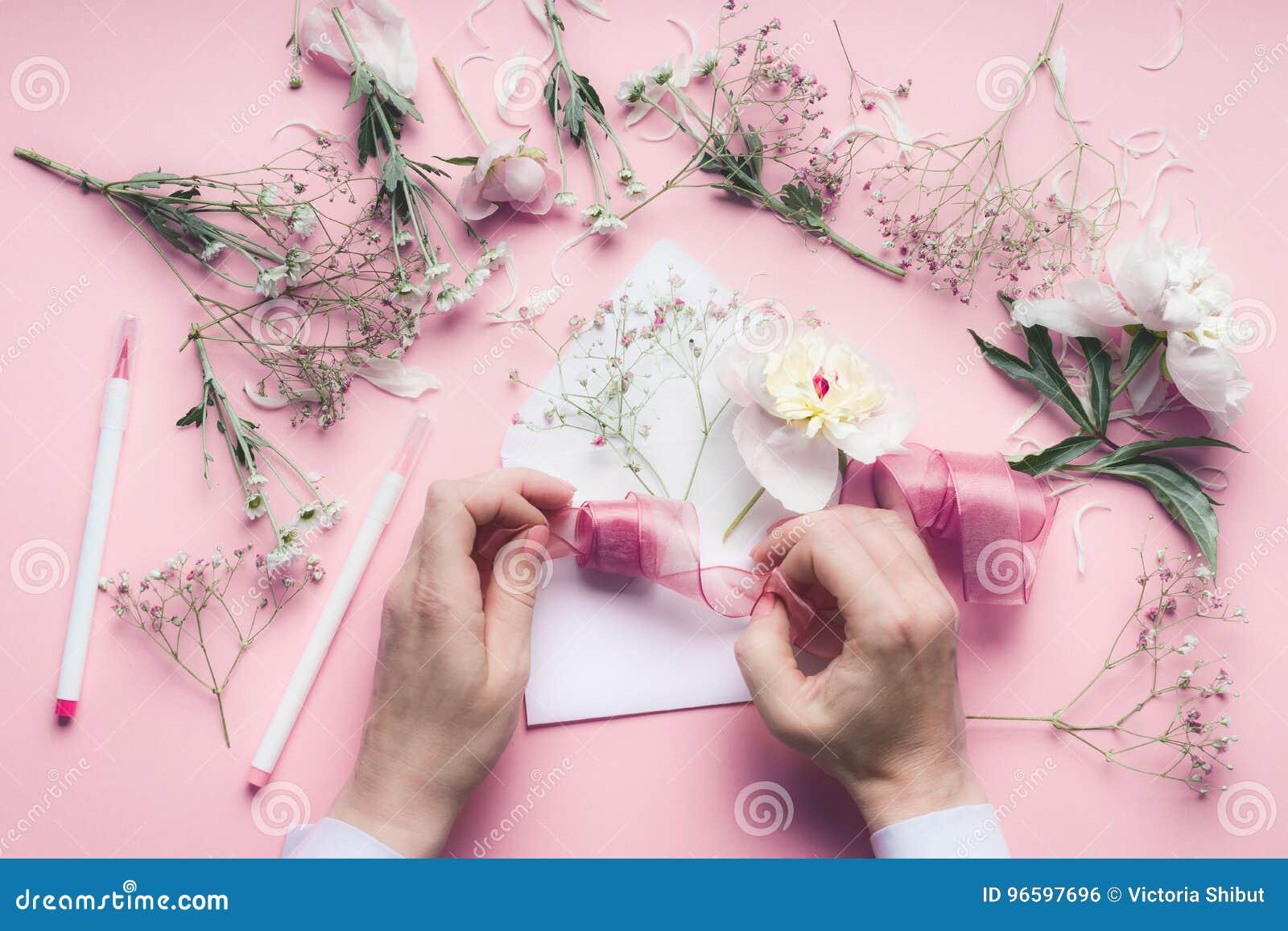 Weibliche Hand Die Grusskarte Mit Umschlag Mit Blumen Macht Hochzeit