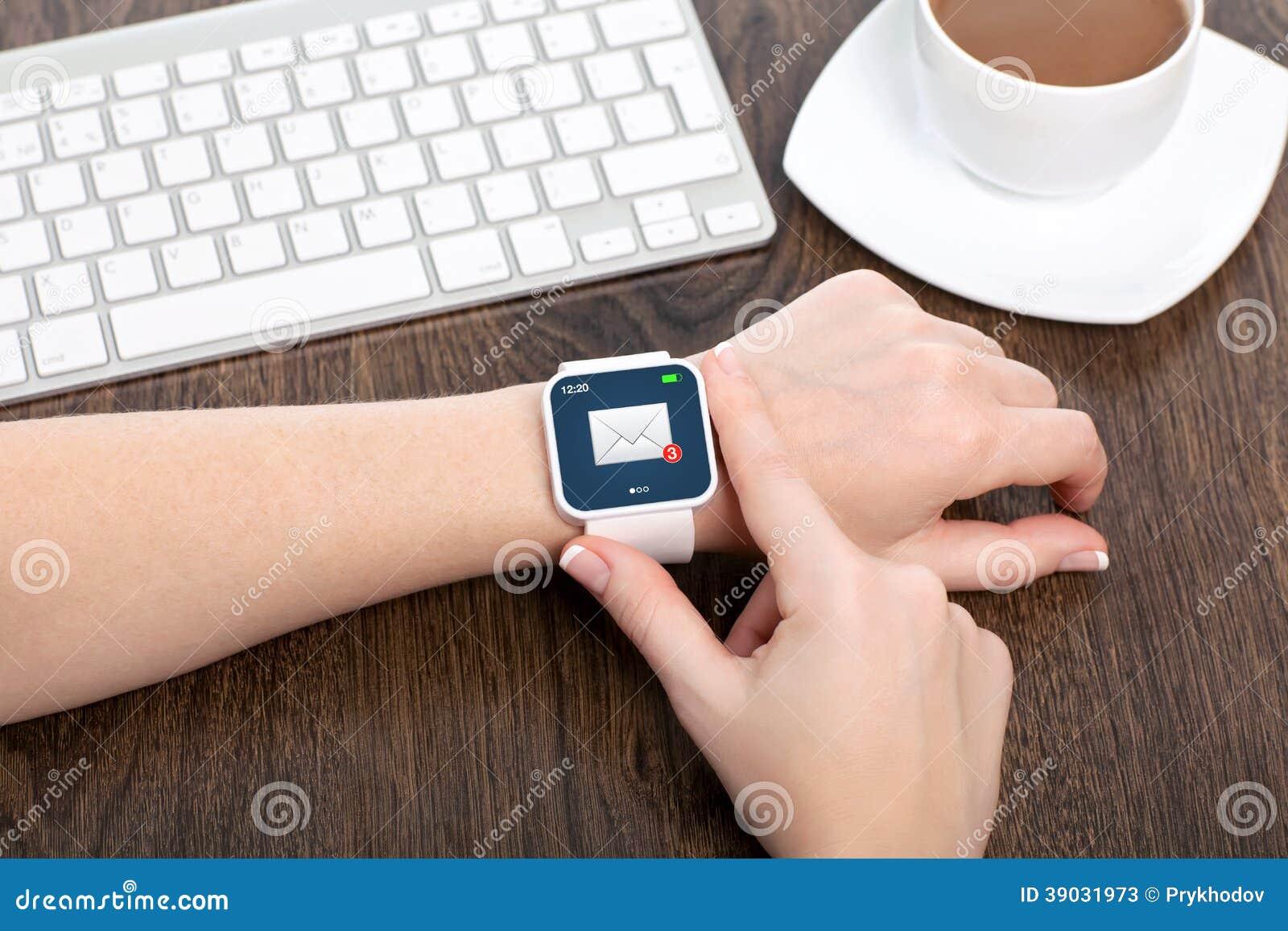 Weibliche Hand mit smartwatch mit E-Mail