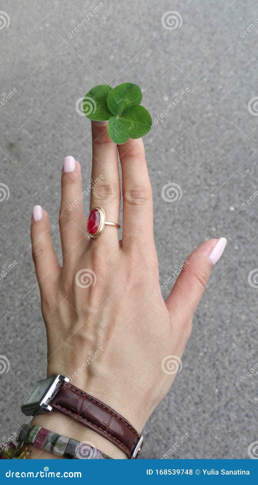 Mittelfinger frau auf ring Bedeutung eines