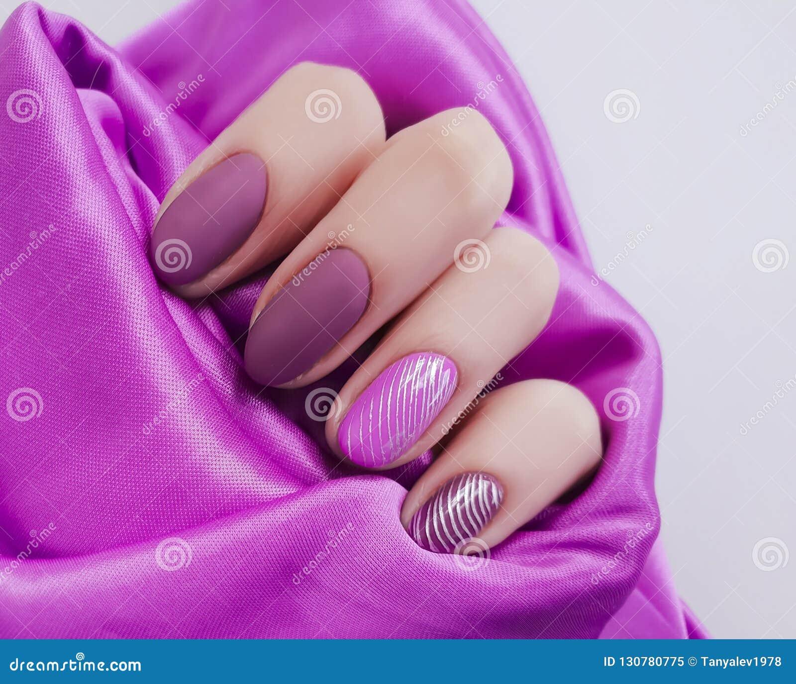 Weibliche Handmaniküre, helle Ästhetik des Seidenschönheits-Gewebes, stilvoll, Eleganz