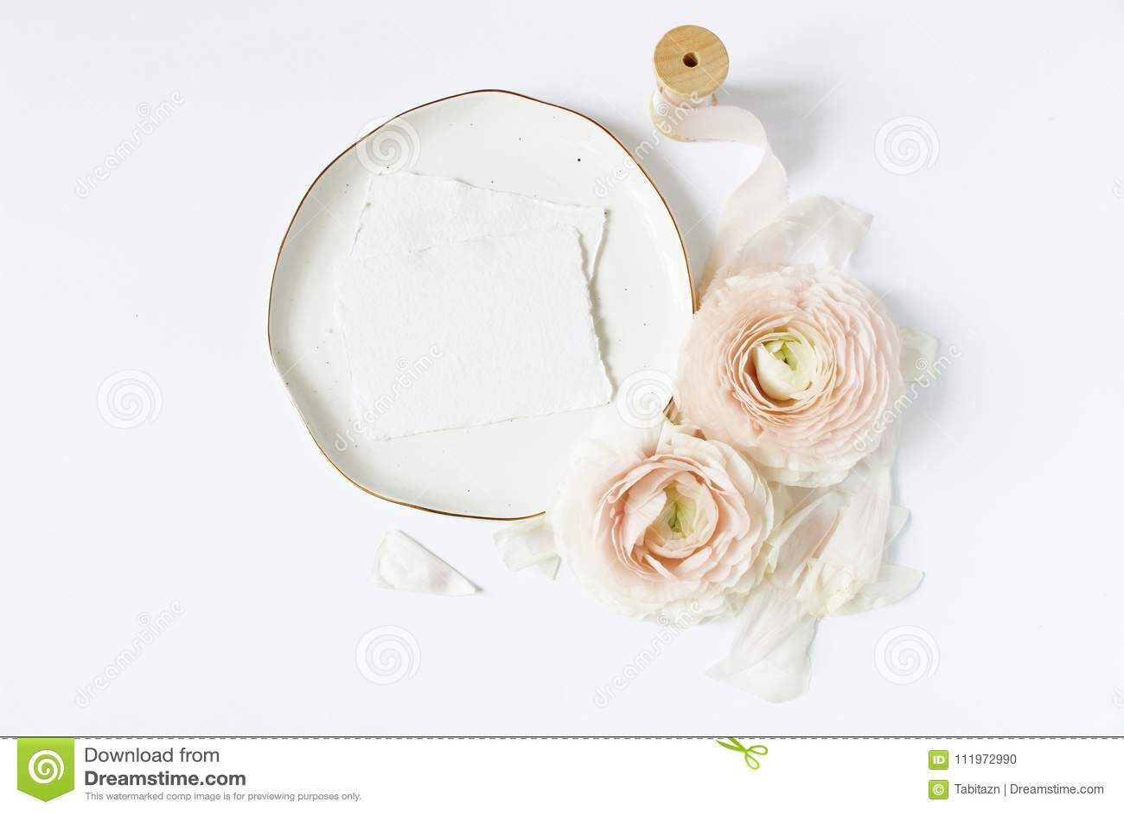 Weibliche Hochzeit, Geburtstagstischplattenmodellszene Porzellanplatte, löschen Kraftpapiergrußkarten, Seidenband, erröten