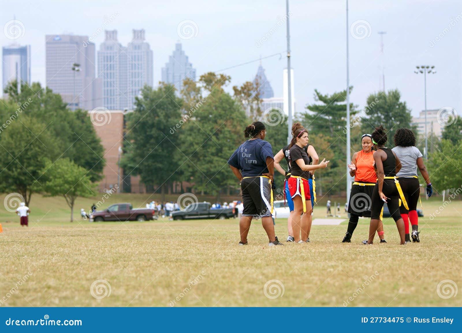 Weibliche Markierungsfahnen-Fußball-Spieler-Vorbereitung für folgendes Spiel