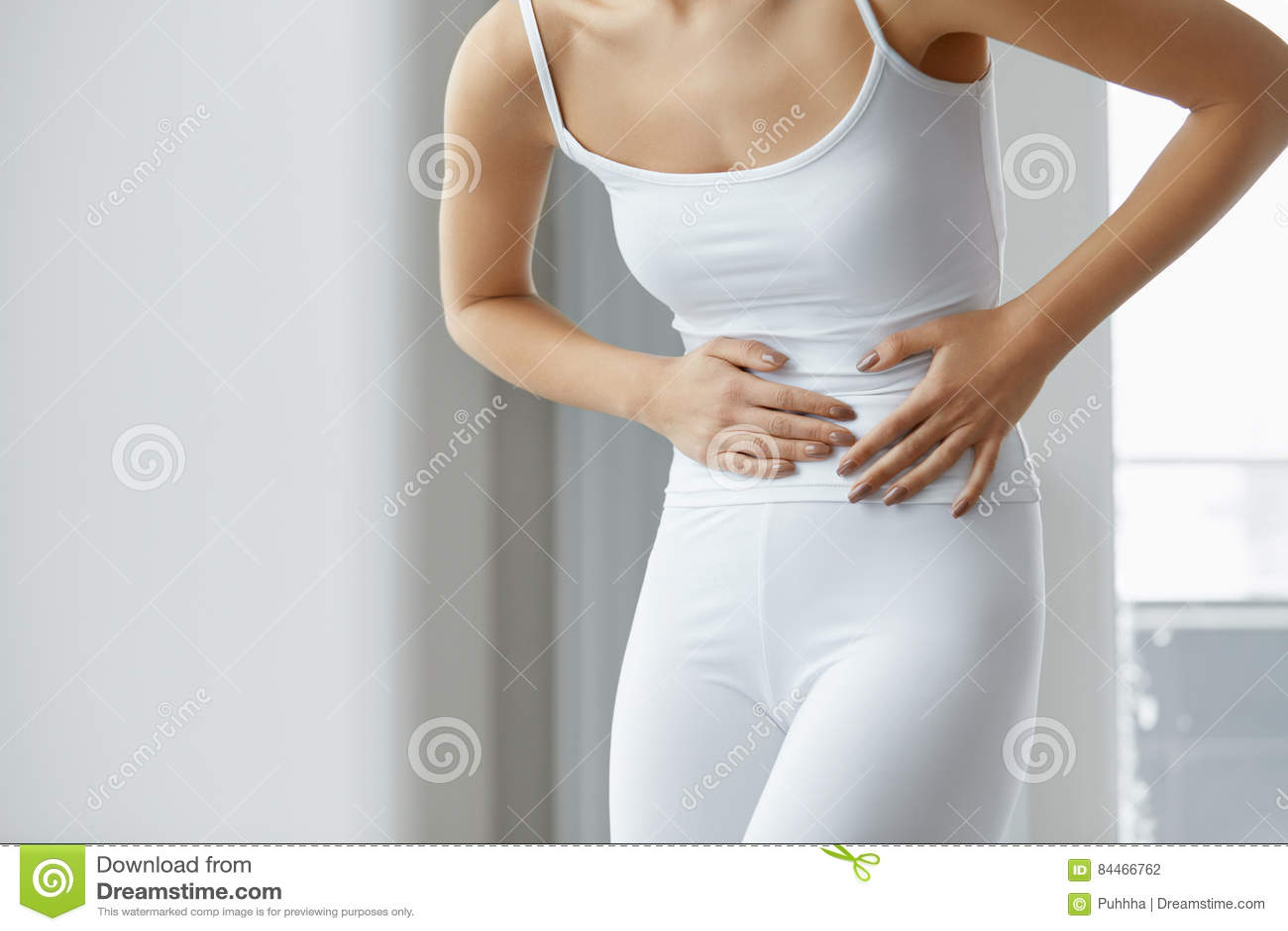 Weibliche Schmerz Nahaufnahme-Schönheits-Körper-Gefühls-Magenschmerzen