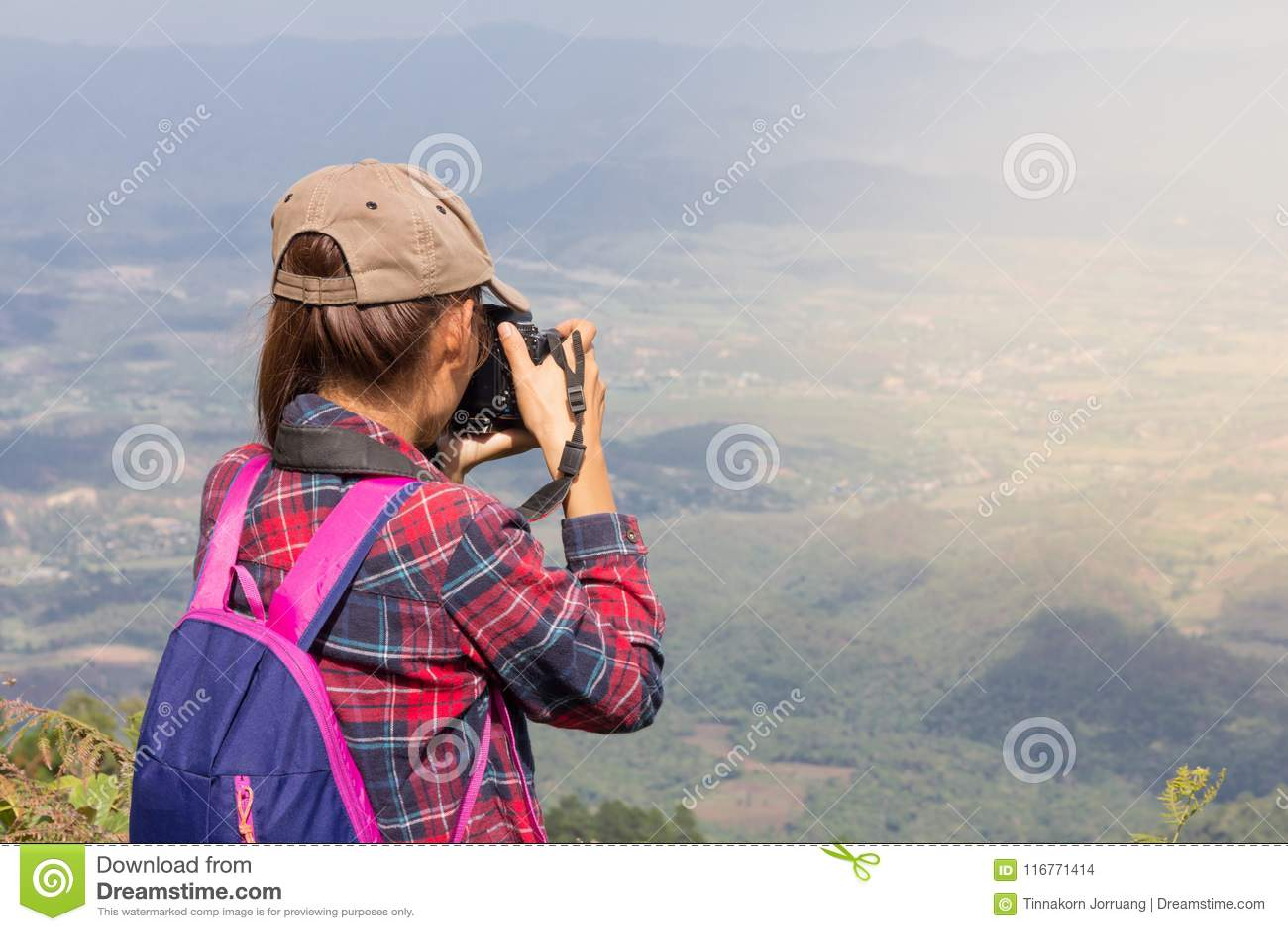 Weibliche Touristen auf dem Berg nehmen schöne Landschaft