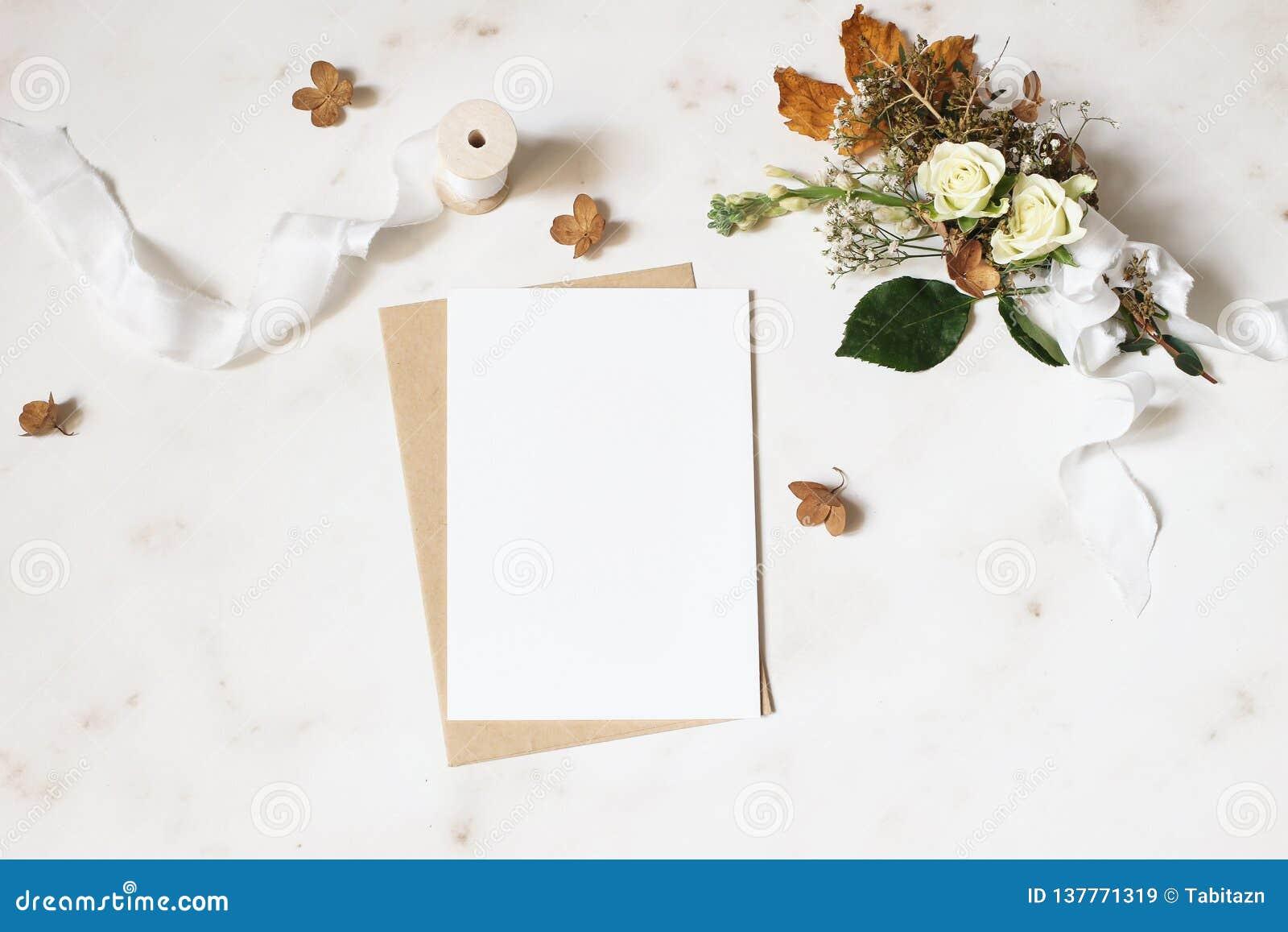 Weibliche Winterhochzeit, Geburtstagsbriefpapier-Modellszene Leere Grußkarte, Umschlag Trockene Hortensie, weiße Rosen