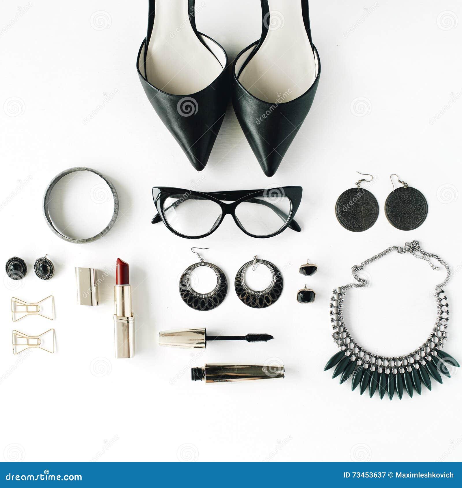 Weibliche Zubehörcollage der flachen Lage mit Gläsern, Schuhen des hohen Absatzes, Wimperntusche, Lippenstift, Armband, Ohrringen