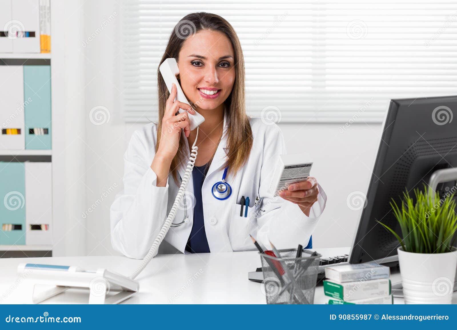 Weiblicher Apotheker, der in der Hand Medizinpaket hält