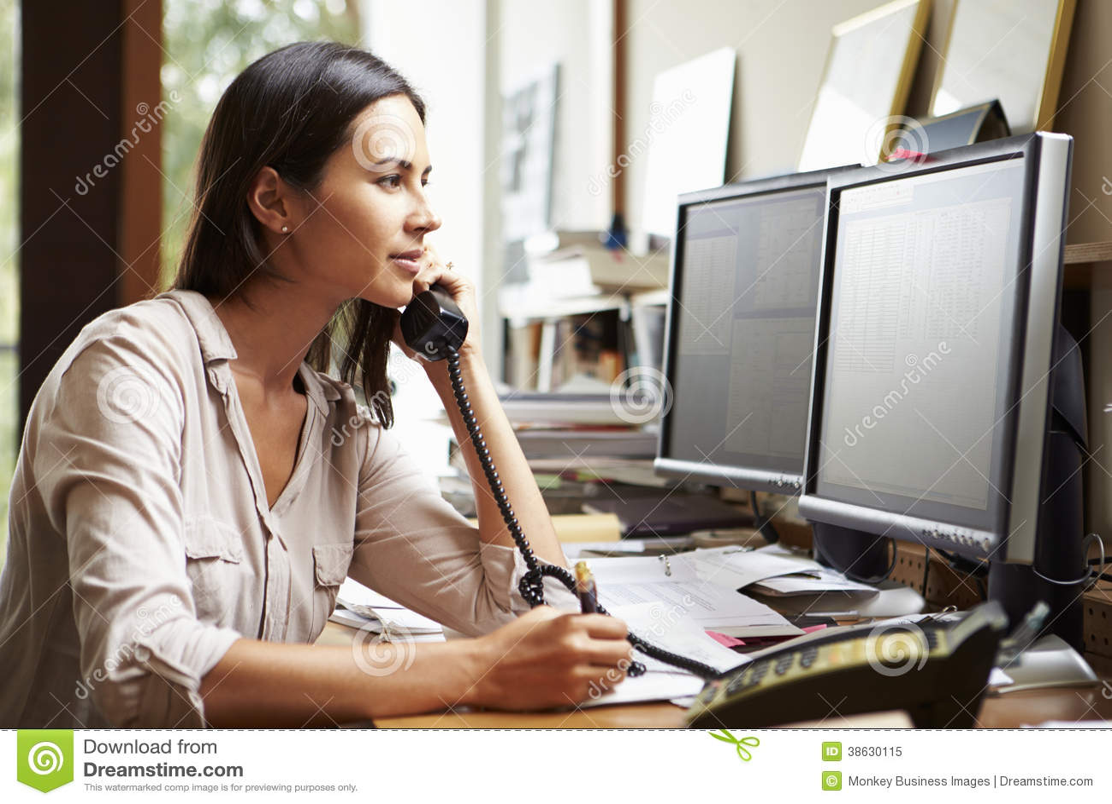 Weiblicher Architekt Working At Desk auf Computer