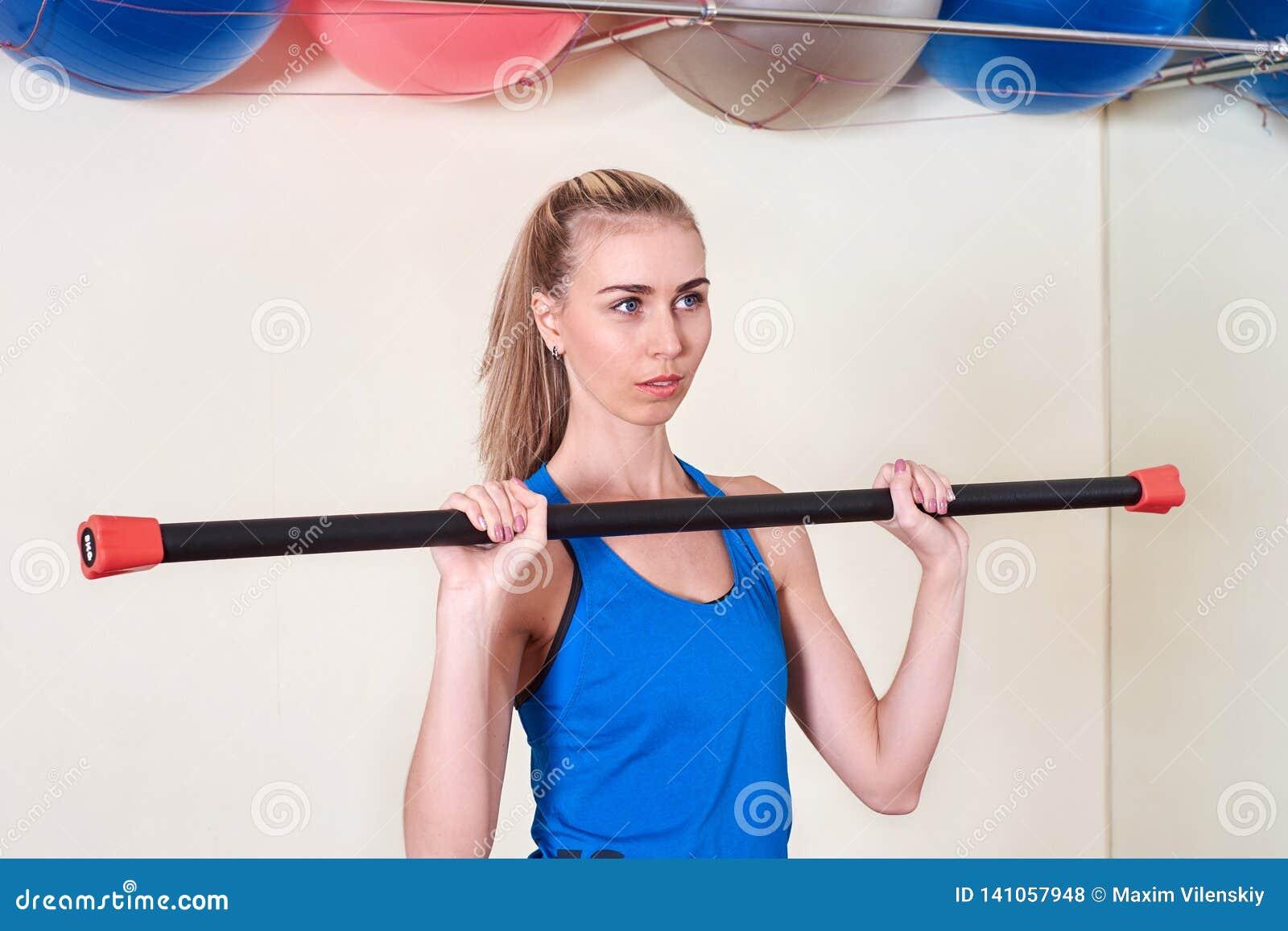 Weiblicher Athlet, der Sportübung tut Konzept der Gesundheit und der Körperpflege