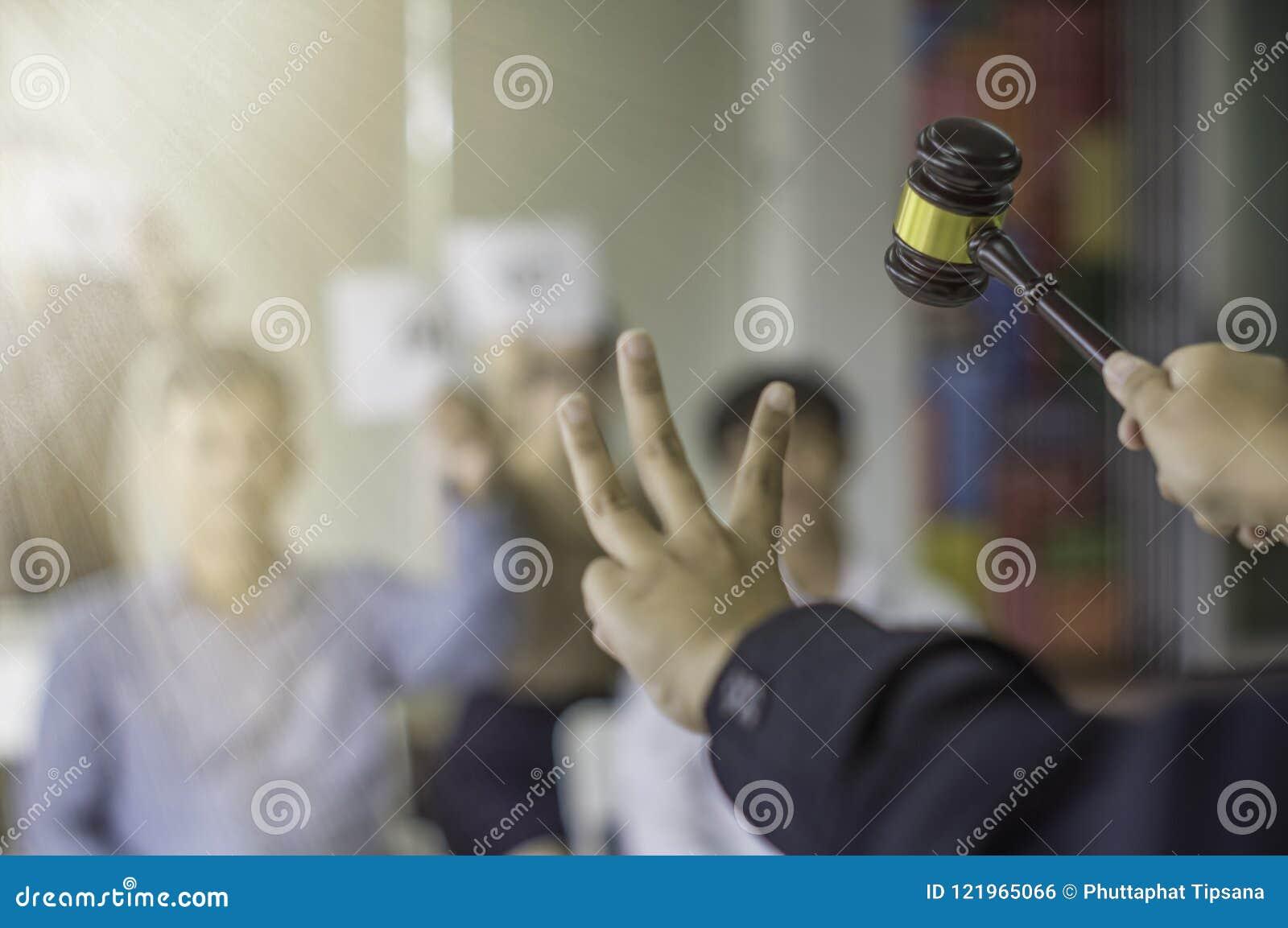 Weiblicher Auktionssteuergriff die 3. Hand und zeigen den Hammerangebotssieger