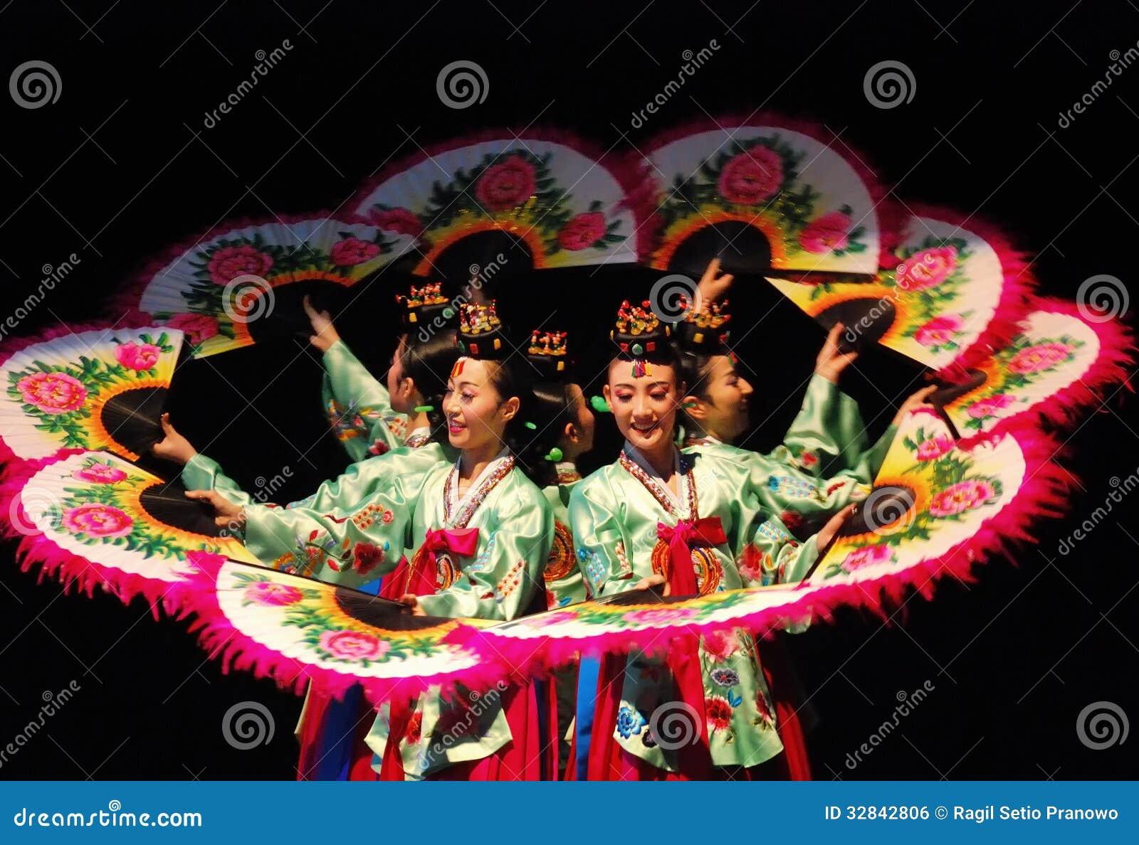 Weiblicher Ausführender des traditionellen koreanischen Tanzes