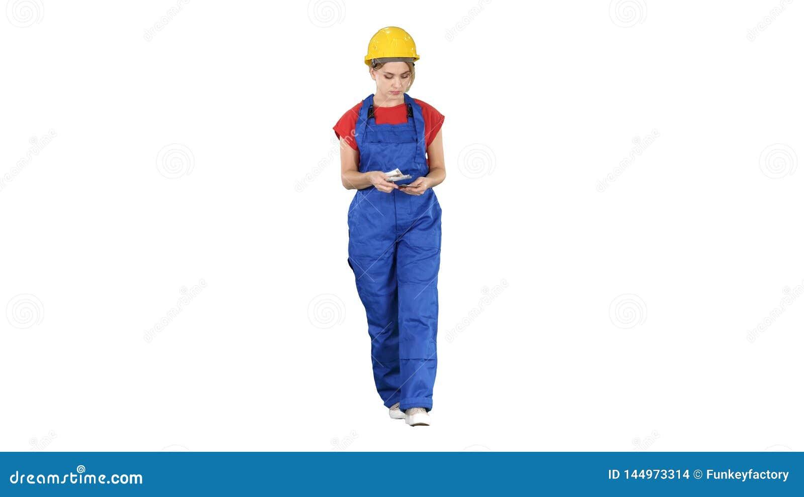Weiblicher Bauarbeiter, der Geld beim Gehen auf wei?en Hintergrund z?hlt