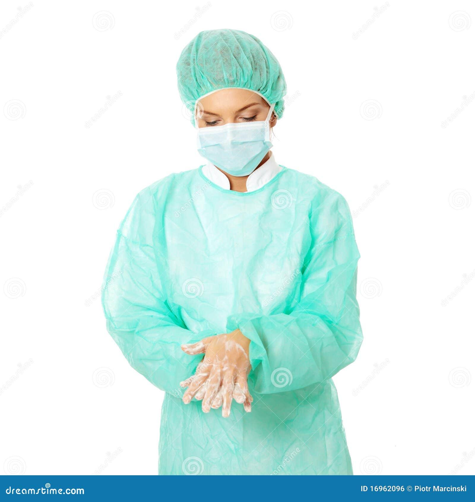 Weiblicher Chirurg, der ihre Hände wäscht