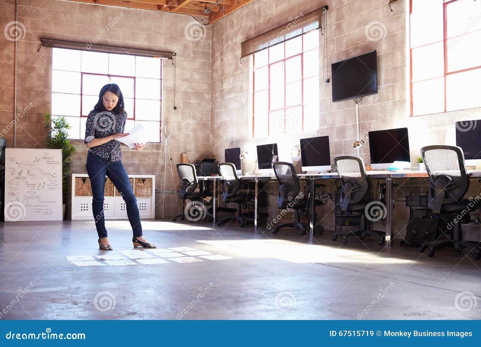 Weiblicher Designer-Planning Lay-out On-Boden Des Modernen Büros ...