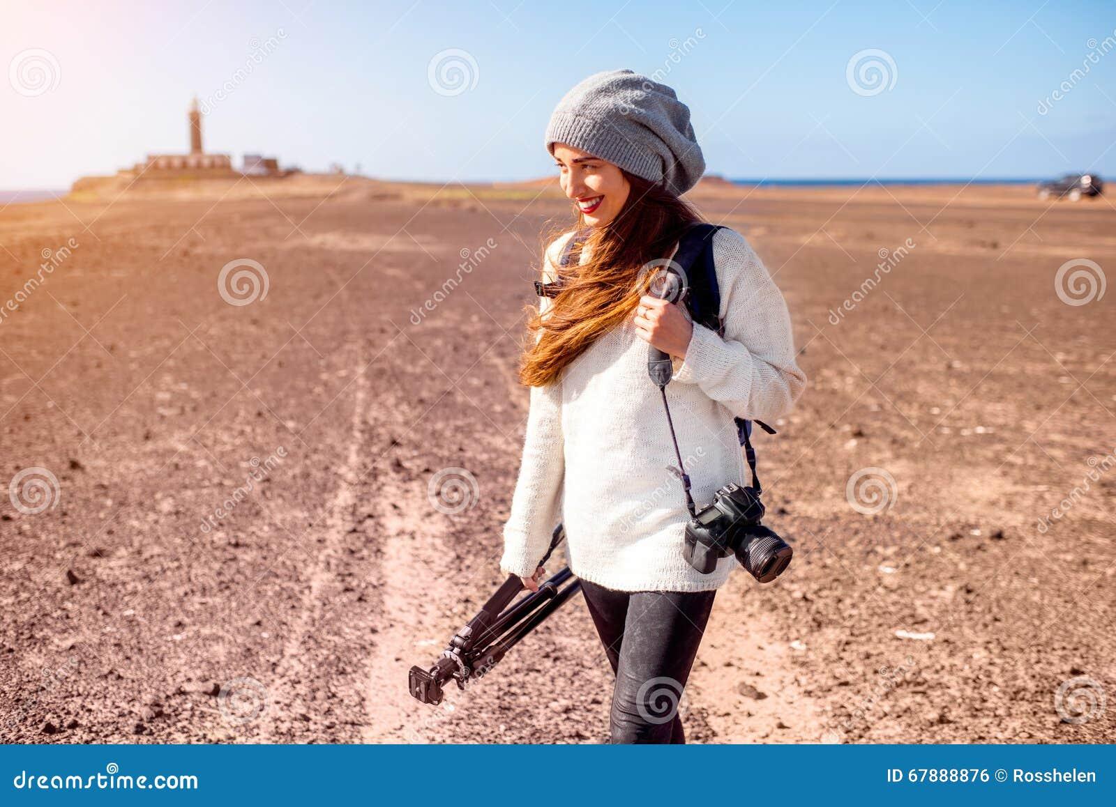 Weiblicher Fotograf, der draußen geht