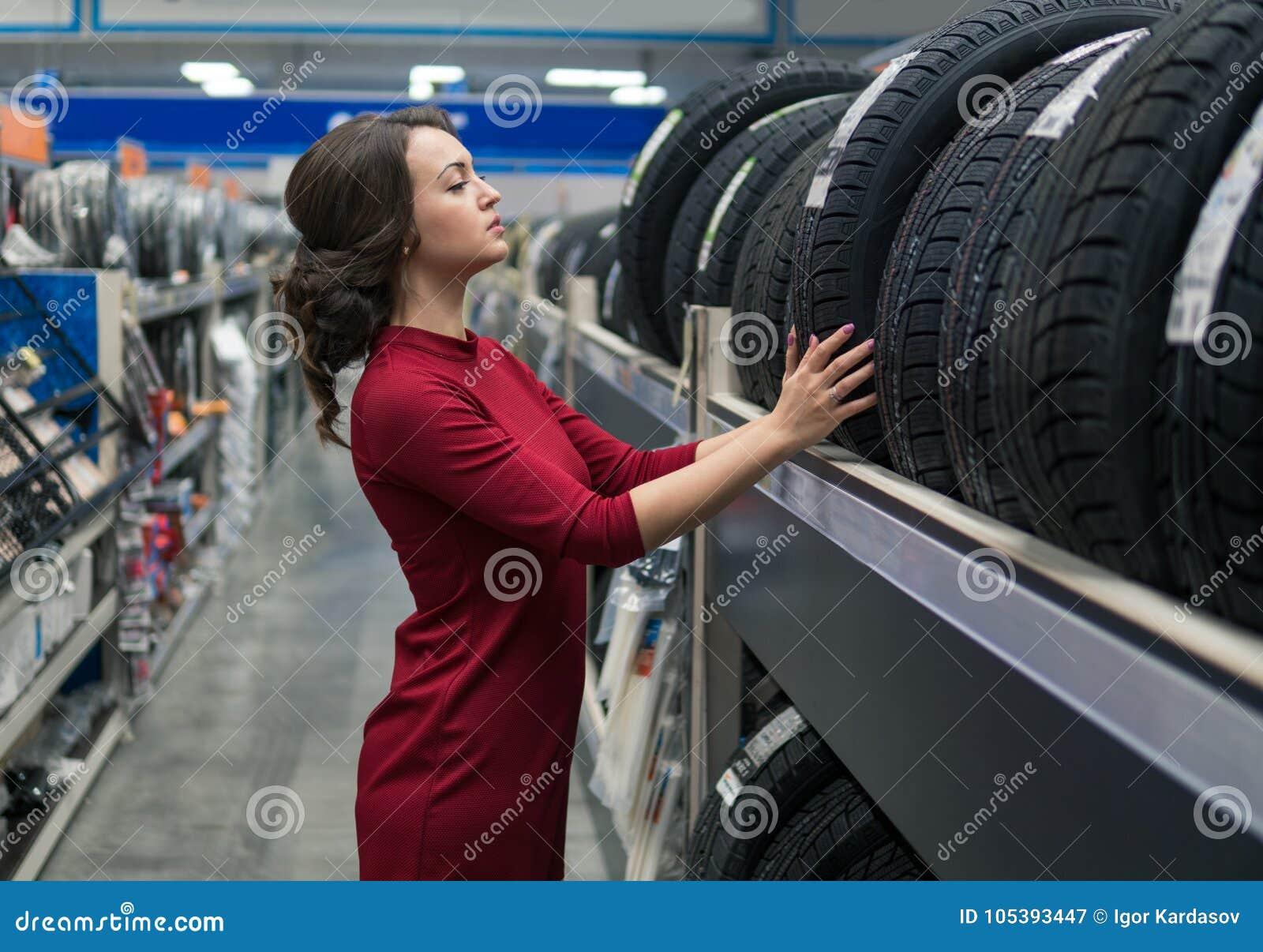 Weiblicher Kunde, der neue Reifen wählt
