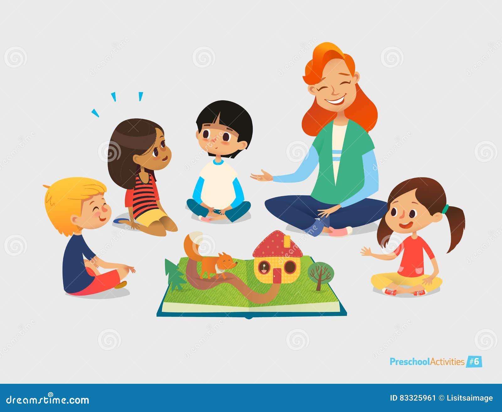 Weiblicher Lehrer erzählt Märchen unter Verwendung des Knall-obenbuches, sitzen Kinder auf Boden im Kreis und hören auf sie Vorsc
