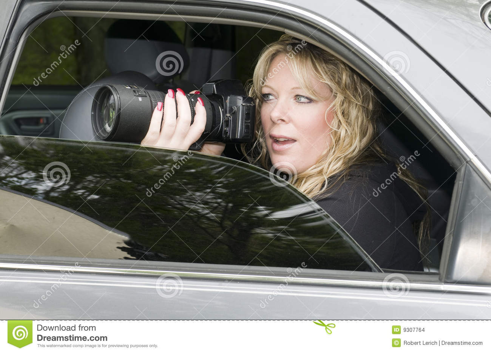 Weiblicher privater Forscher mit Kamera