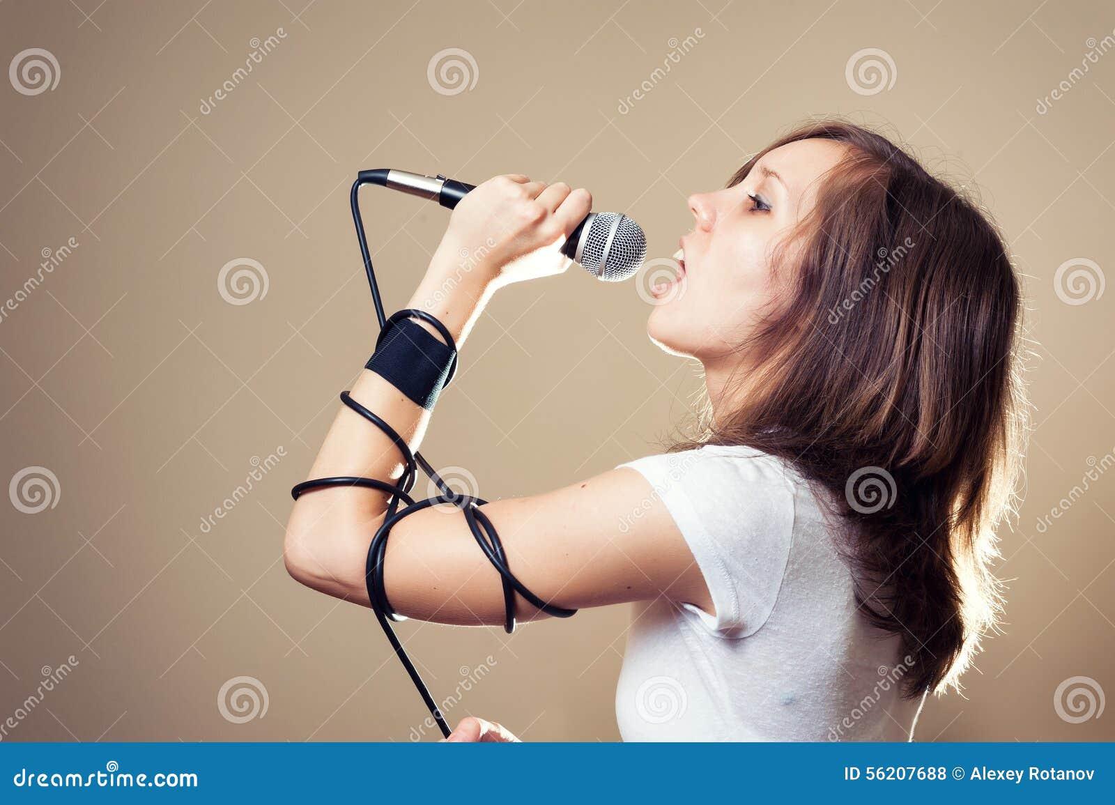 Weiblicher Sänger des Felsens auf grauem Hintergrund