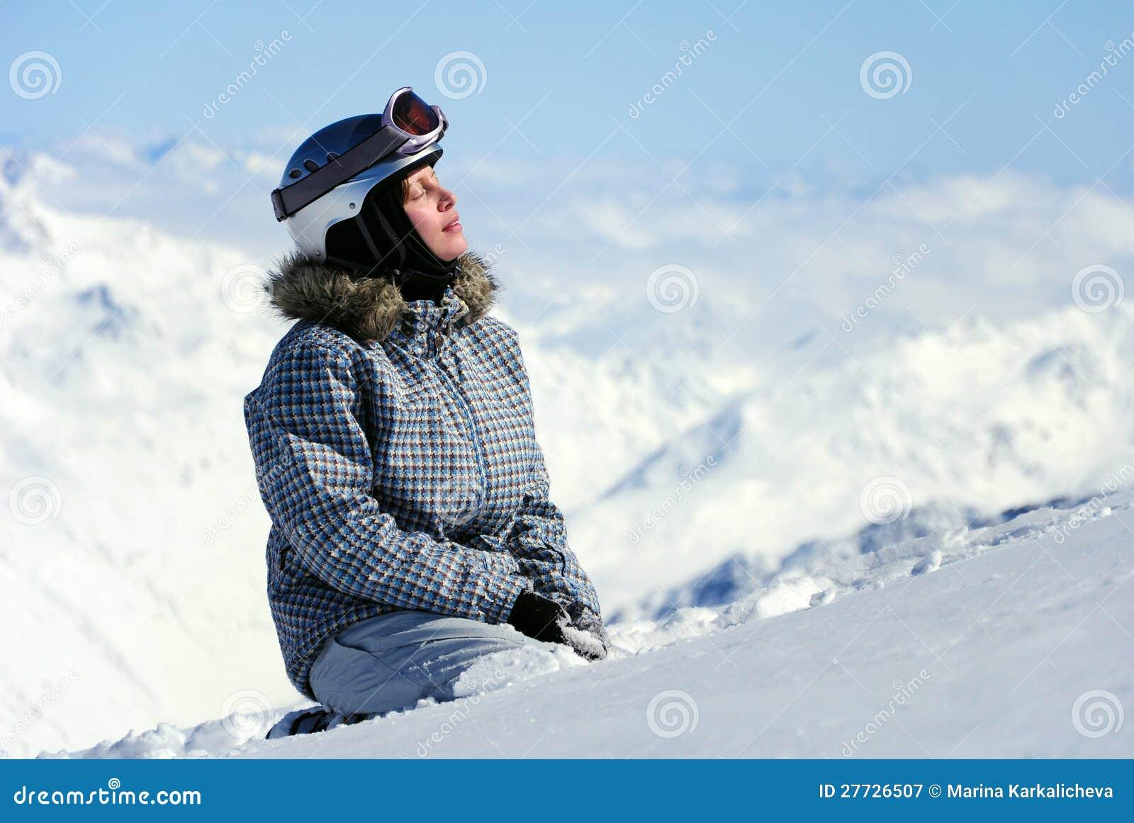Weiblicher Skifahrer, der Sonne genießt