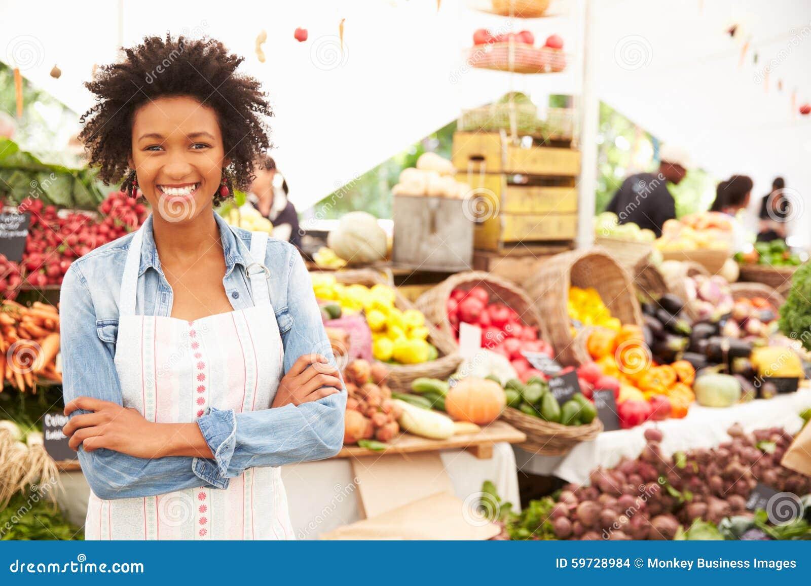 Weiblicher Stall-Halter am Landwirt-neues Lebensmittel-Markt