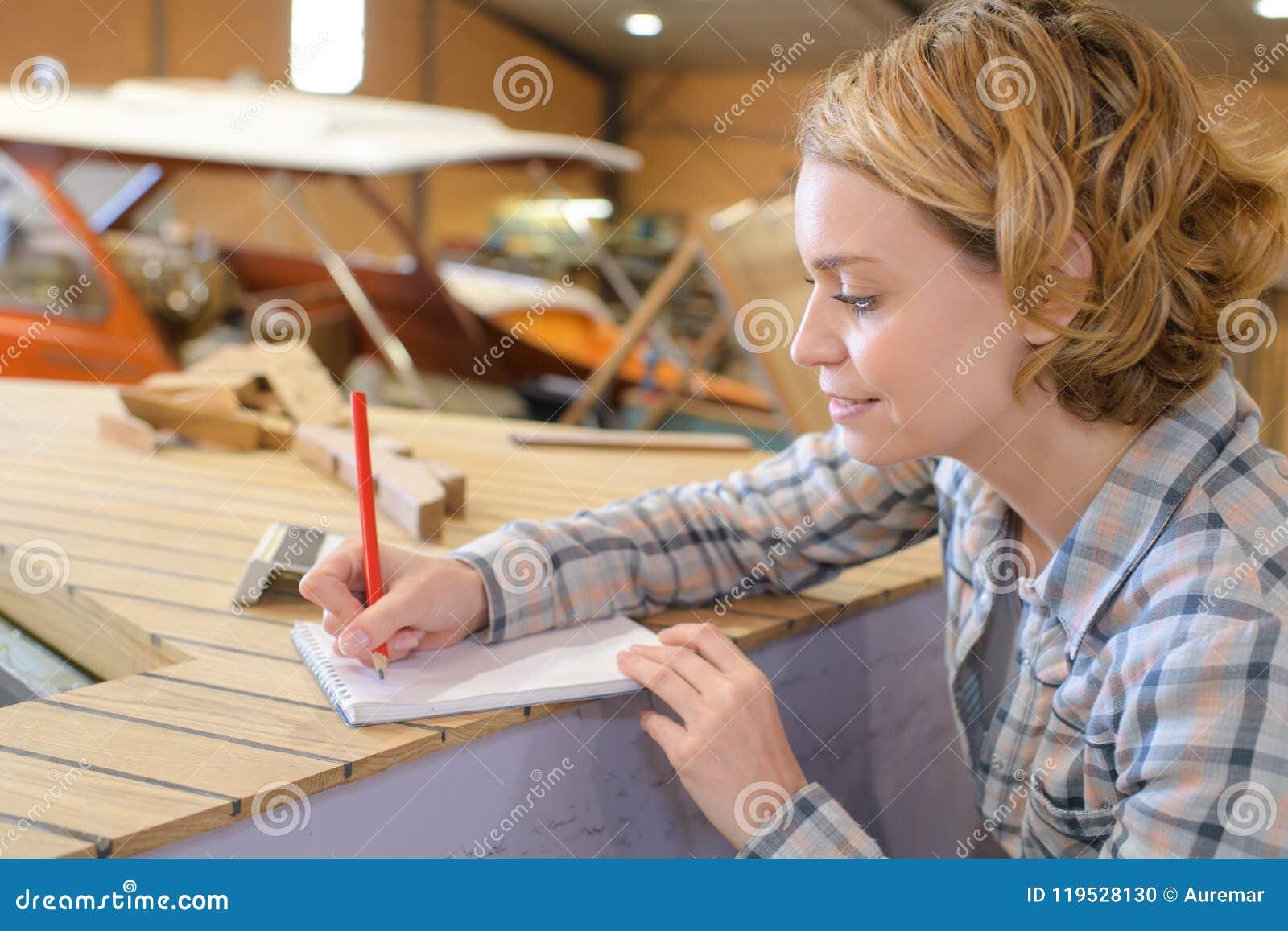 Weiblicher Tischler, der Anmerkungen macht