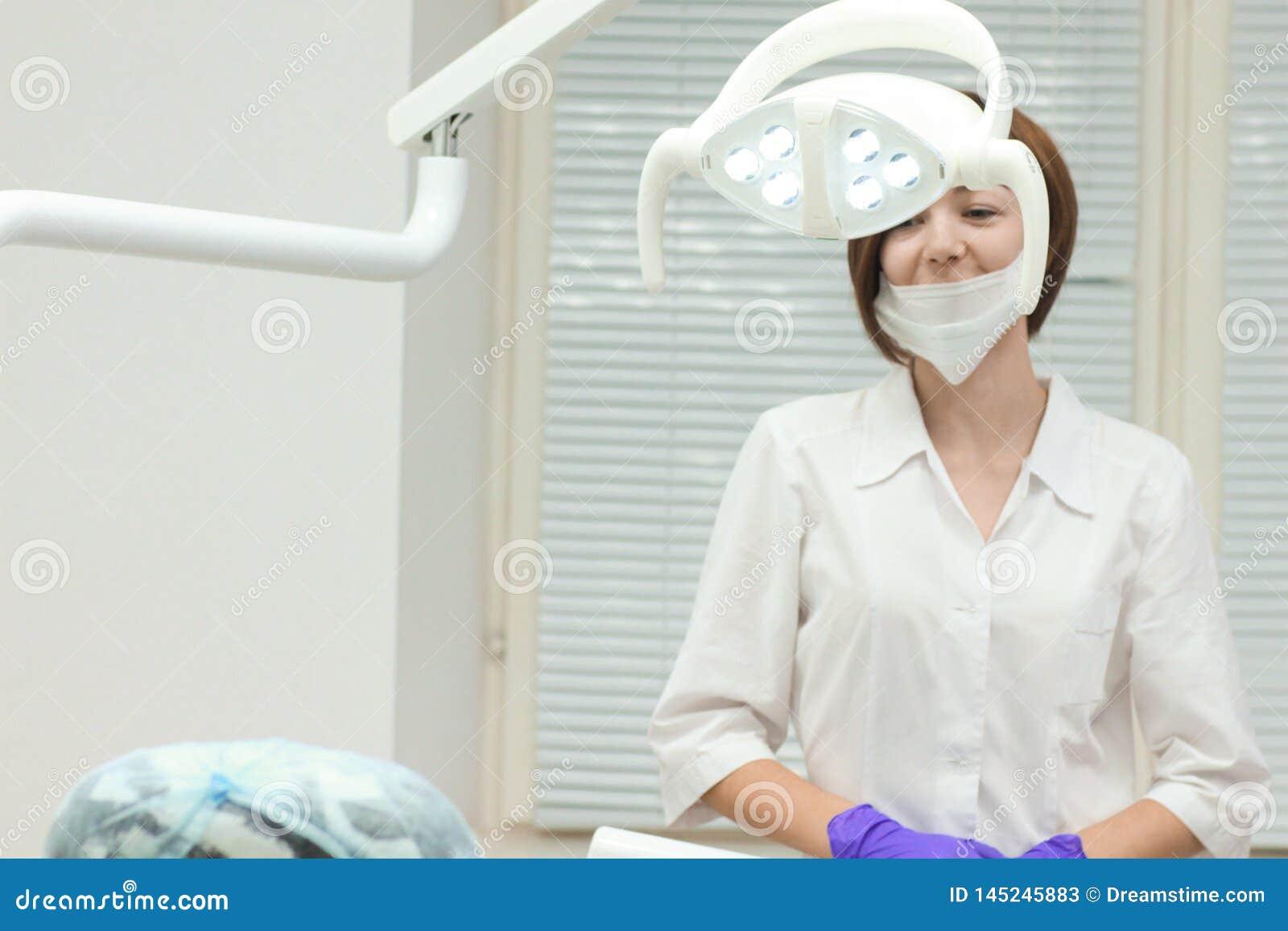 Weiblicher Zahnarzt nahe ihren Arbeitsplatzwartepatienten