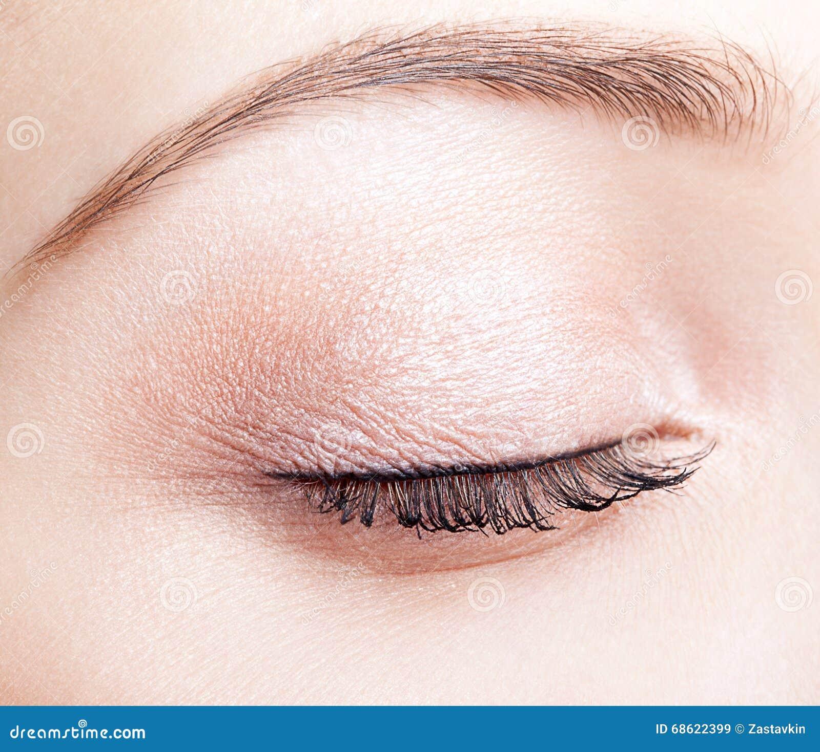 Weibliches geschlossenes Auge und Brauen mit Tagesmake-up