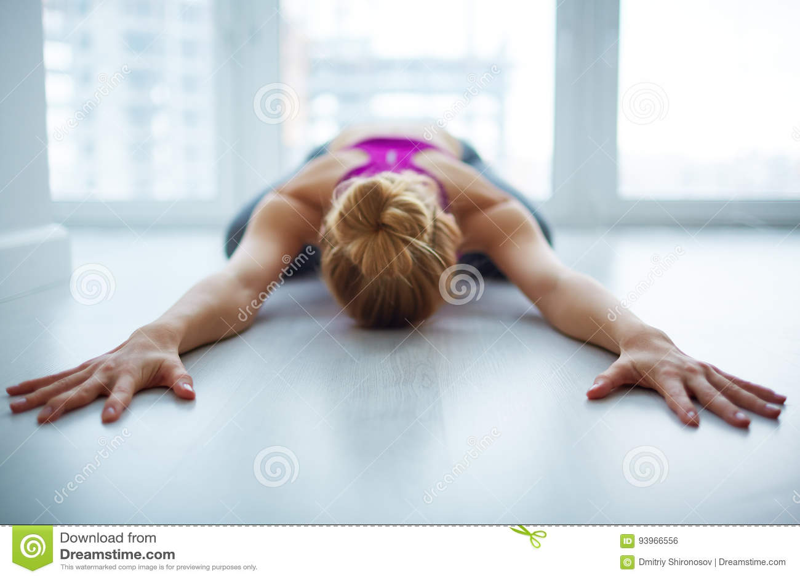 Weibliches Jogi, das zu Hause meditiert